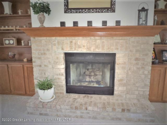 401 Meadowview Dr - Gas fireplace & brick hearth - 27