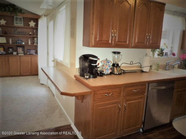 401 Meadowview Dr - Kitchen counter & mini snack bar - 14