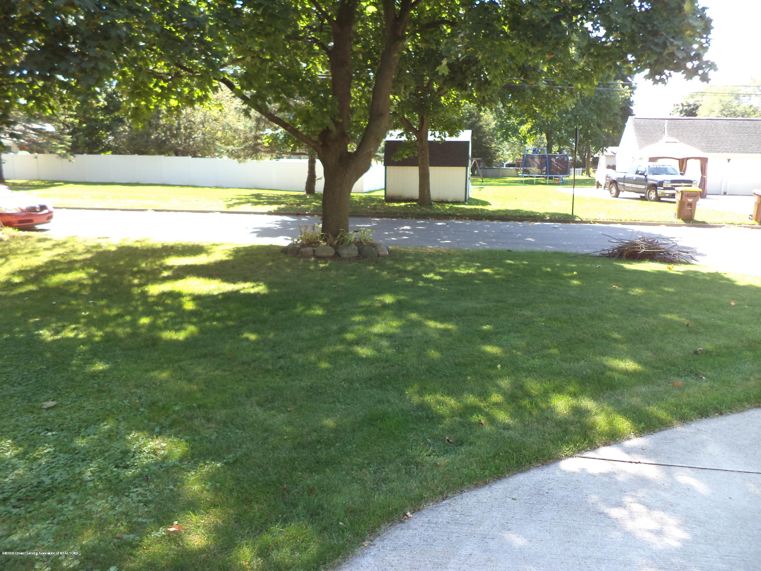 401 Meadowview Dr - Front east yard - 54