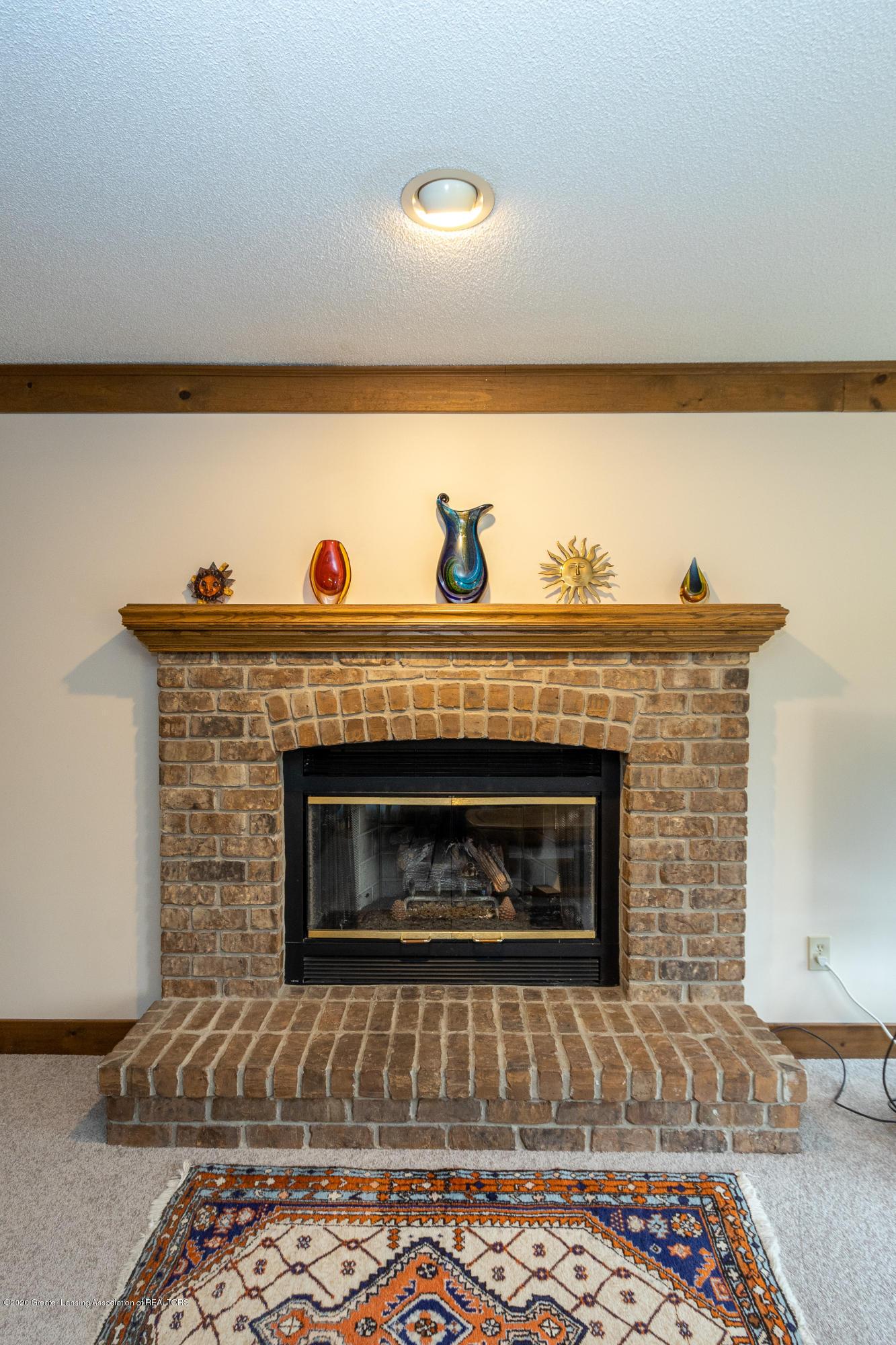 3945 Breckinridge Dr - Fireplace - 24