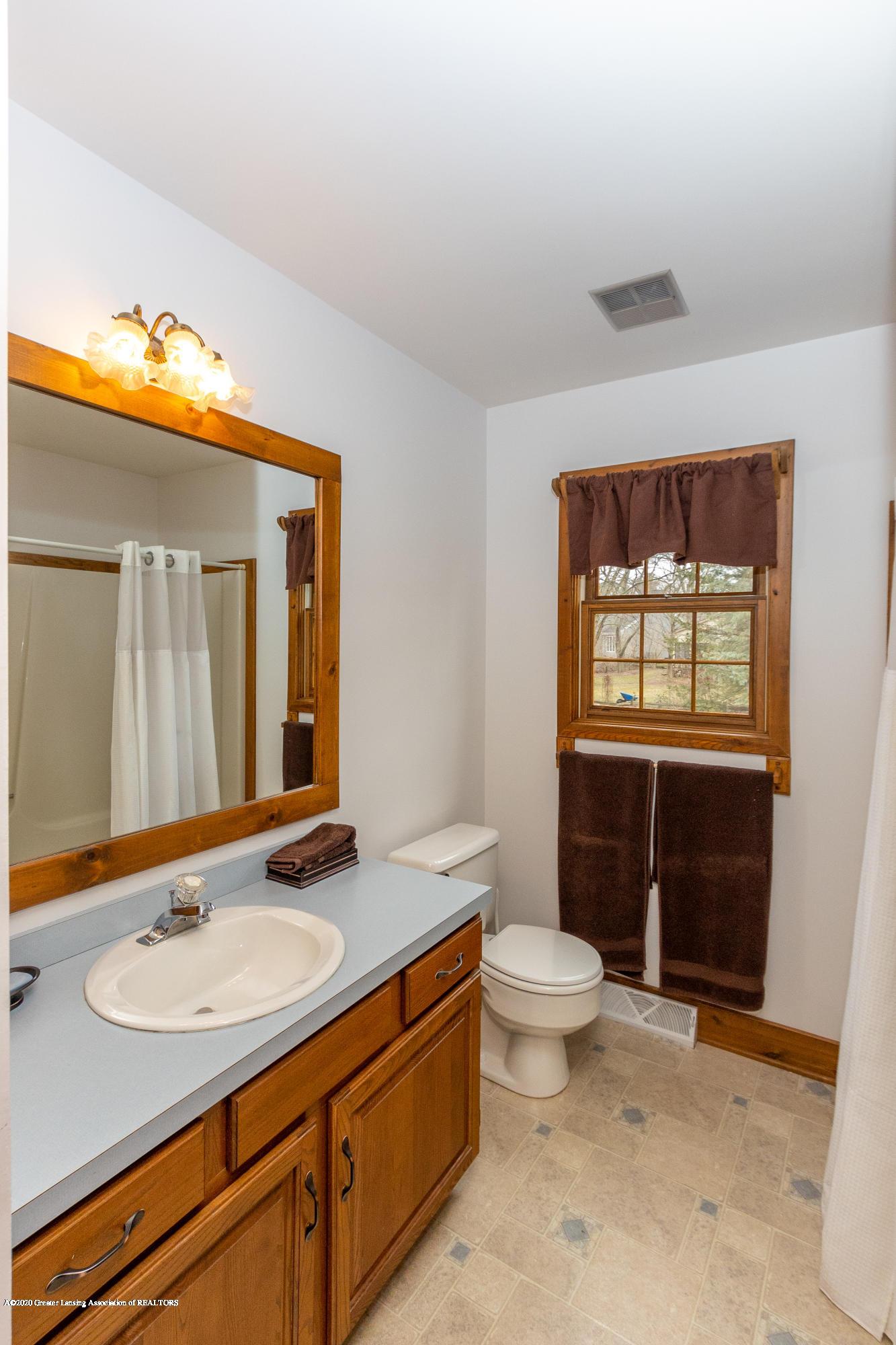 3945 Breckinridge Dr - First Floor Full Bathroom - 25
