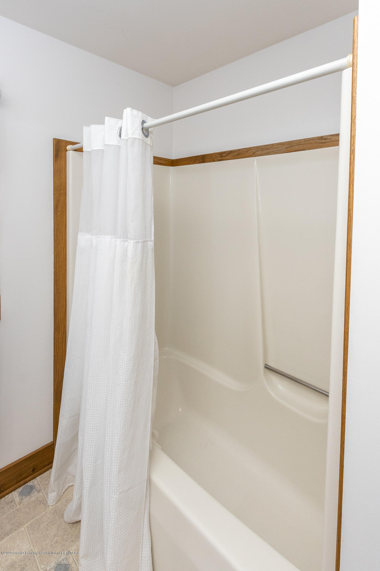 3945 Breckinridge Dr - First Floor Full Bathroom - 26