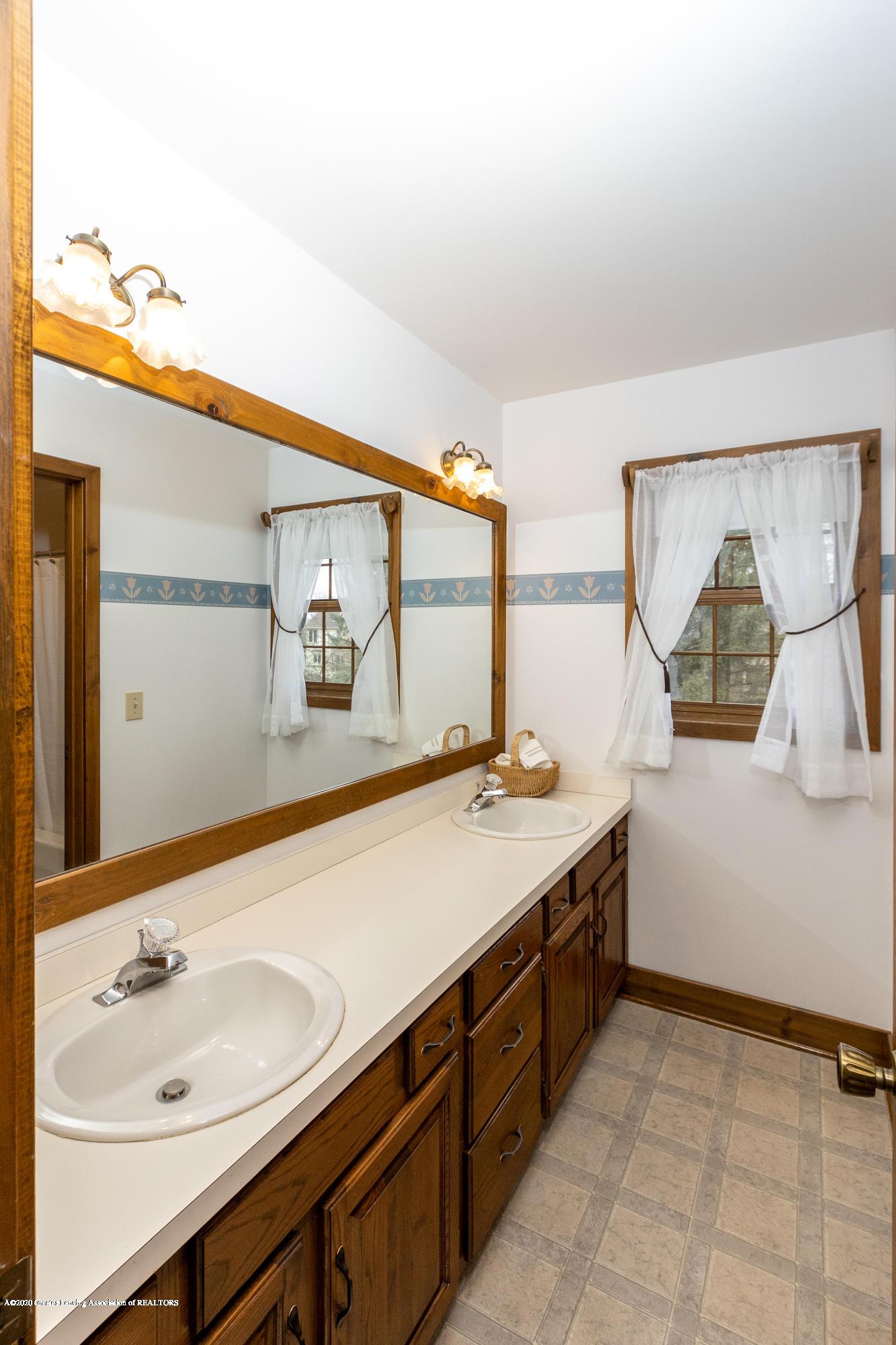 3945 Breckinridge Dr - Upper Level Full Bathroom - 39