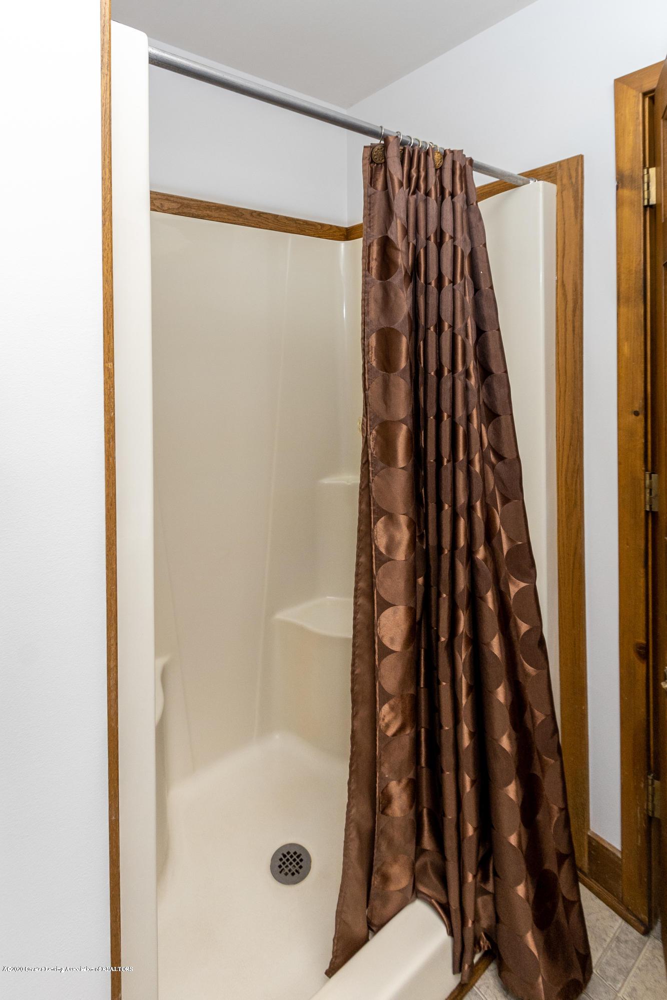 3945 Breckinridge Dr - Upper Level Full Bathroom - 40