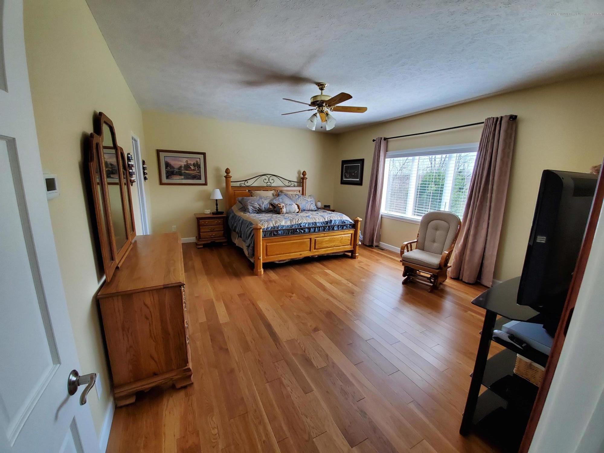 558 N Wheaton Rd - Master with En Suite - 26