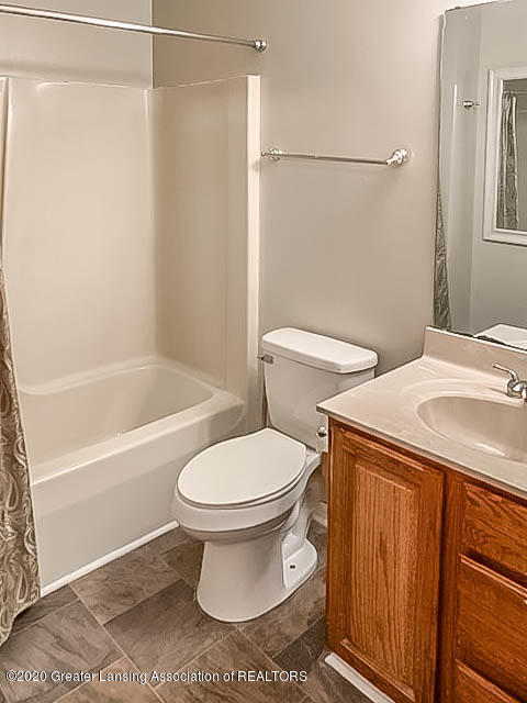 201 W Oak St - Bathroom - 15