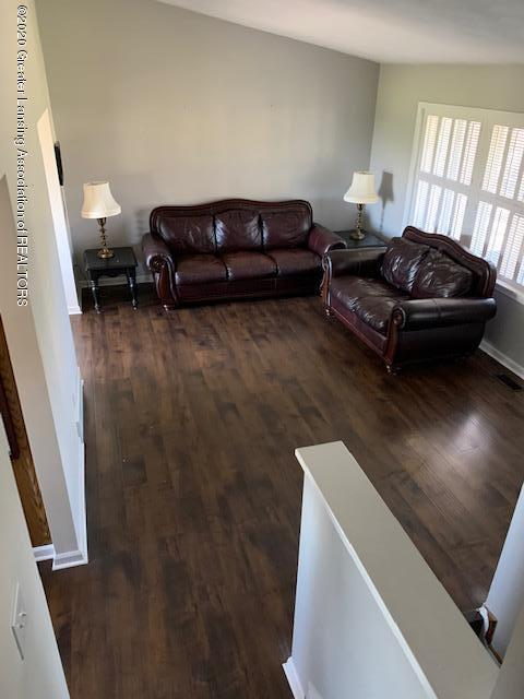 201 W Oak St - Living Room - 4