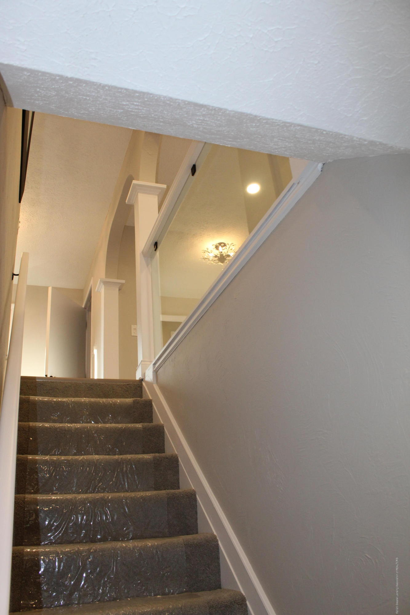 984 Whittier Dr - STAIRWAY LOOKING UP - 68