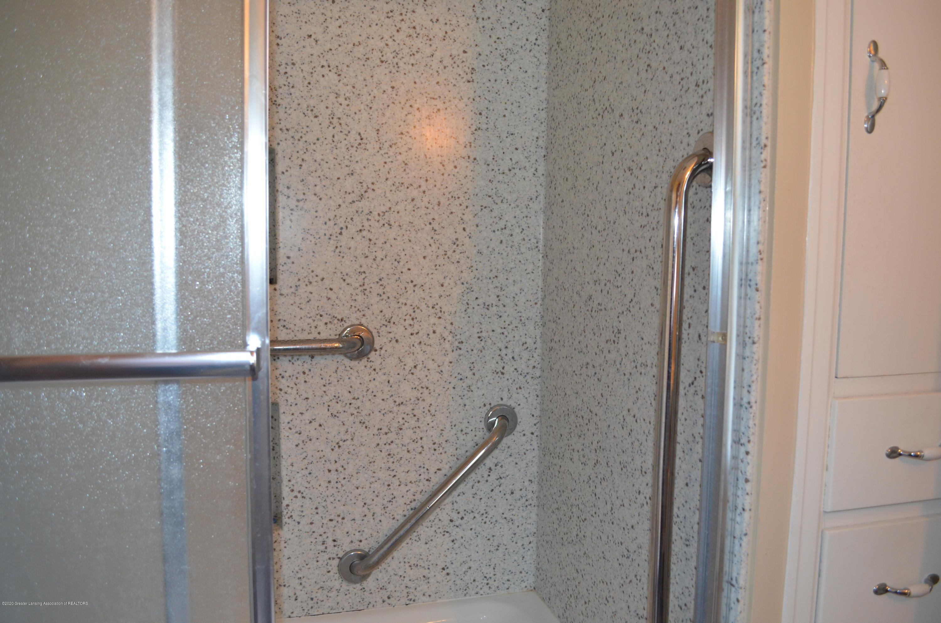 615 Bailey St - Solid surface shower walls - 27