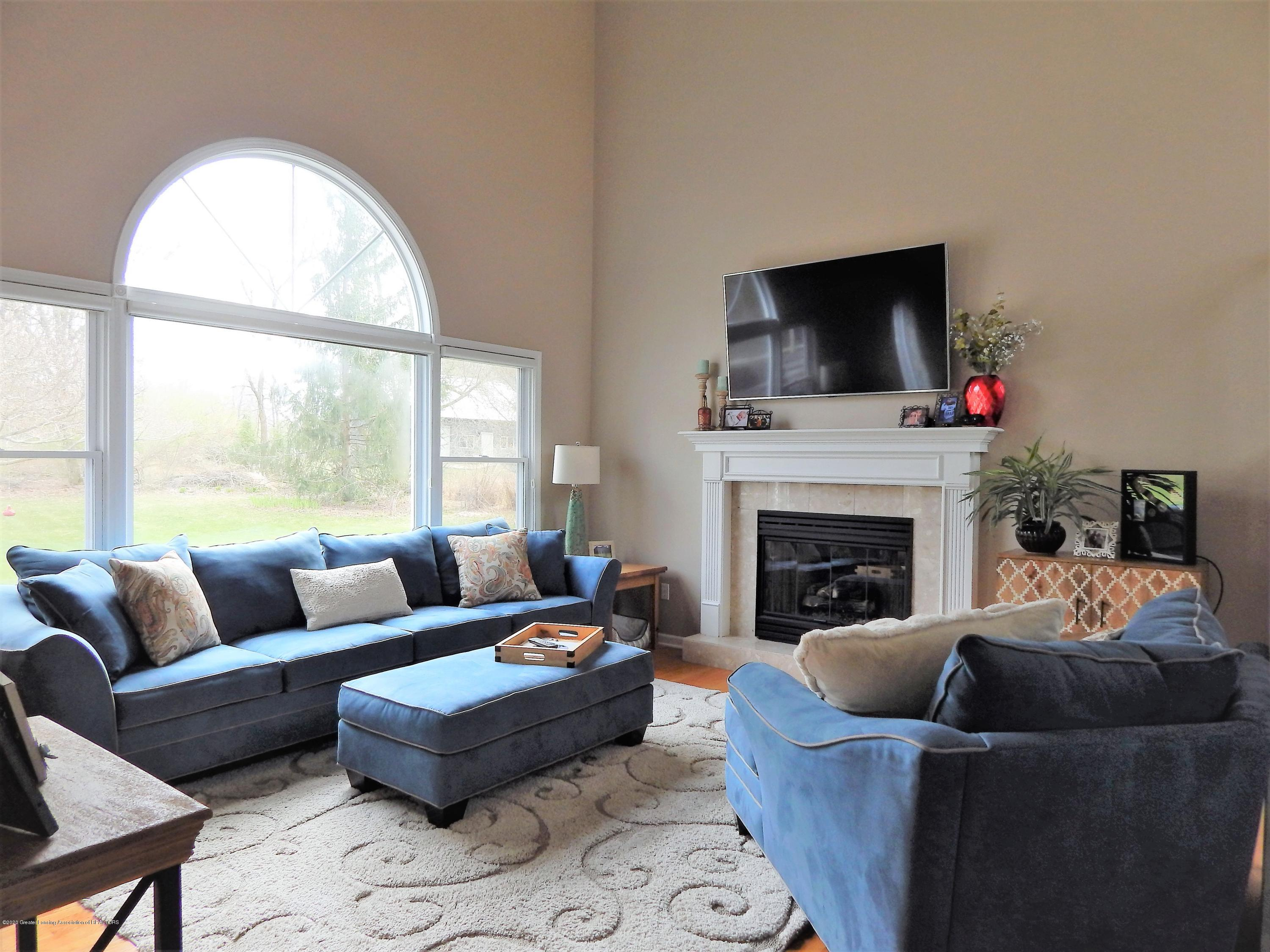 9481 Lookout Point Dr - Living Room - 13