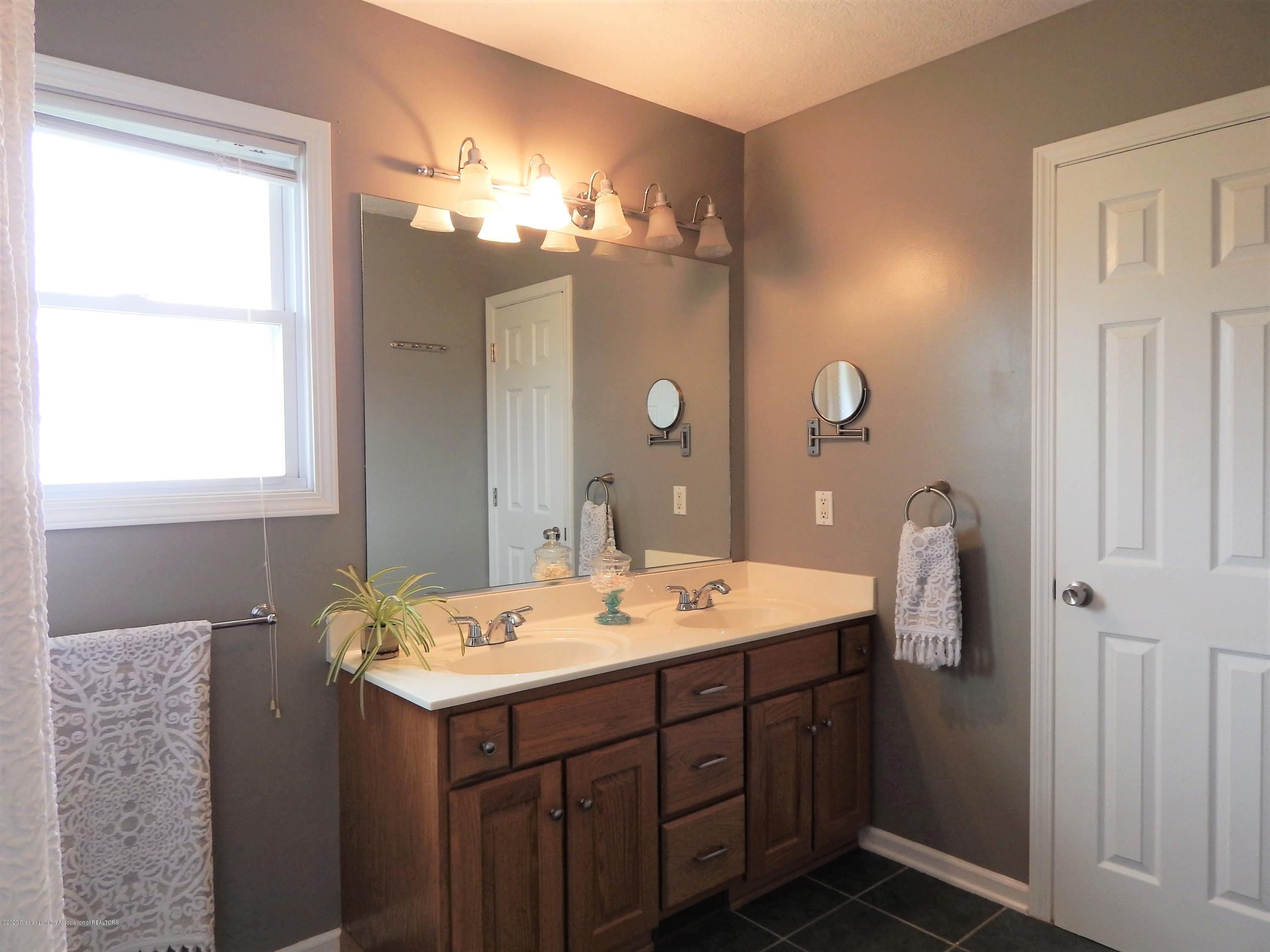 9481 Lookout Point Dr - Master Bathroom - 29
