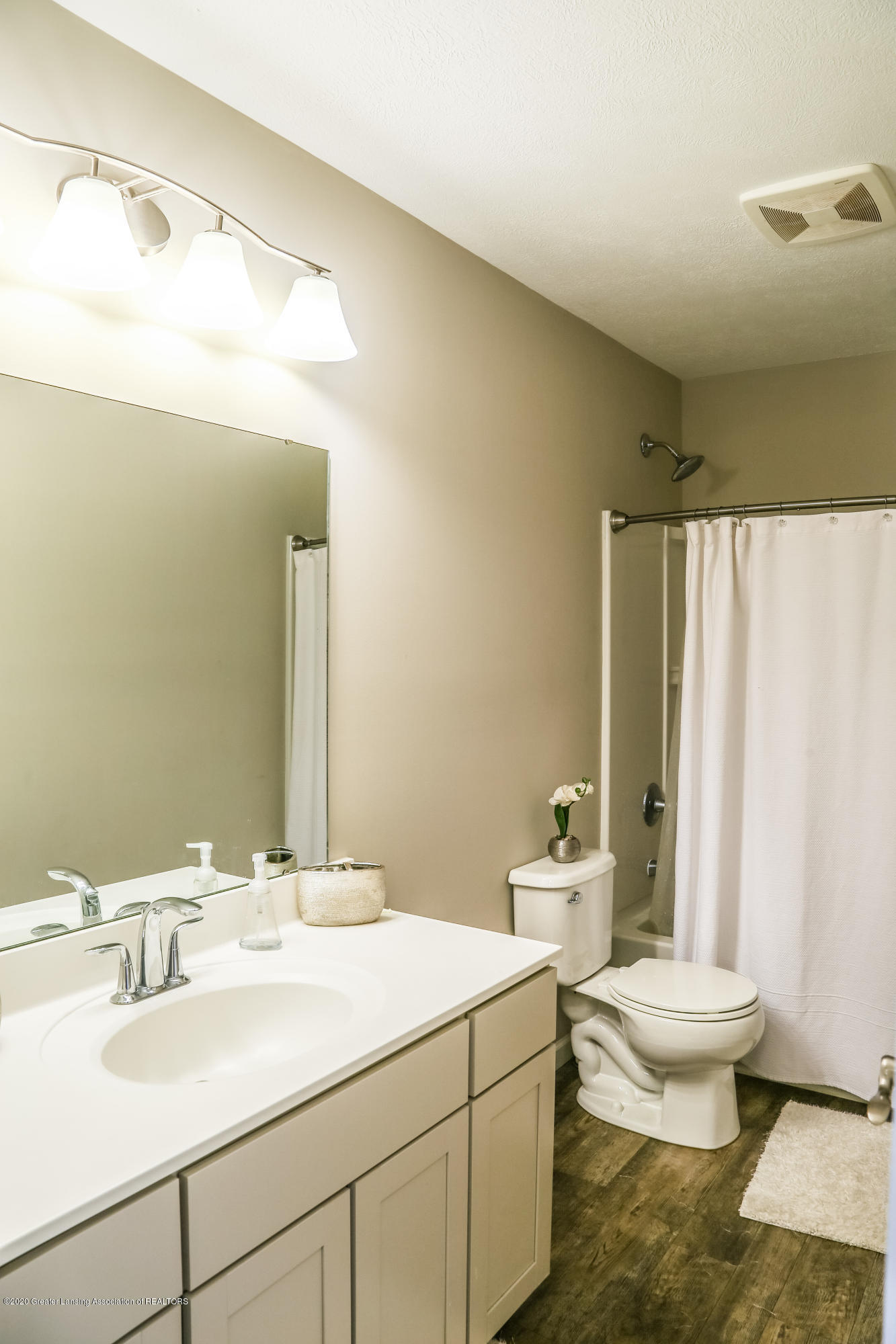 5959 Boxwood Ave - Hall Bathroom - 29
