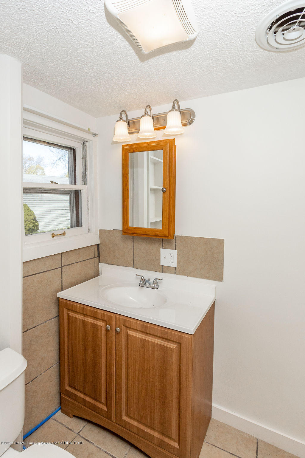 3523 Jewell Ave - Full Bathroom - 9
