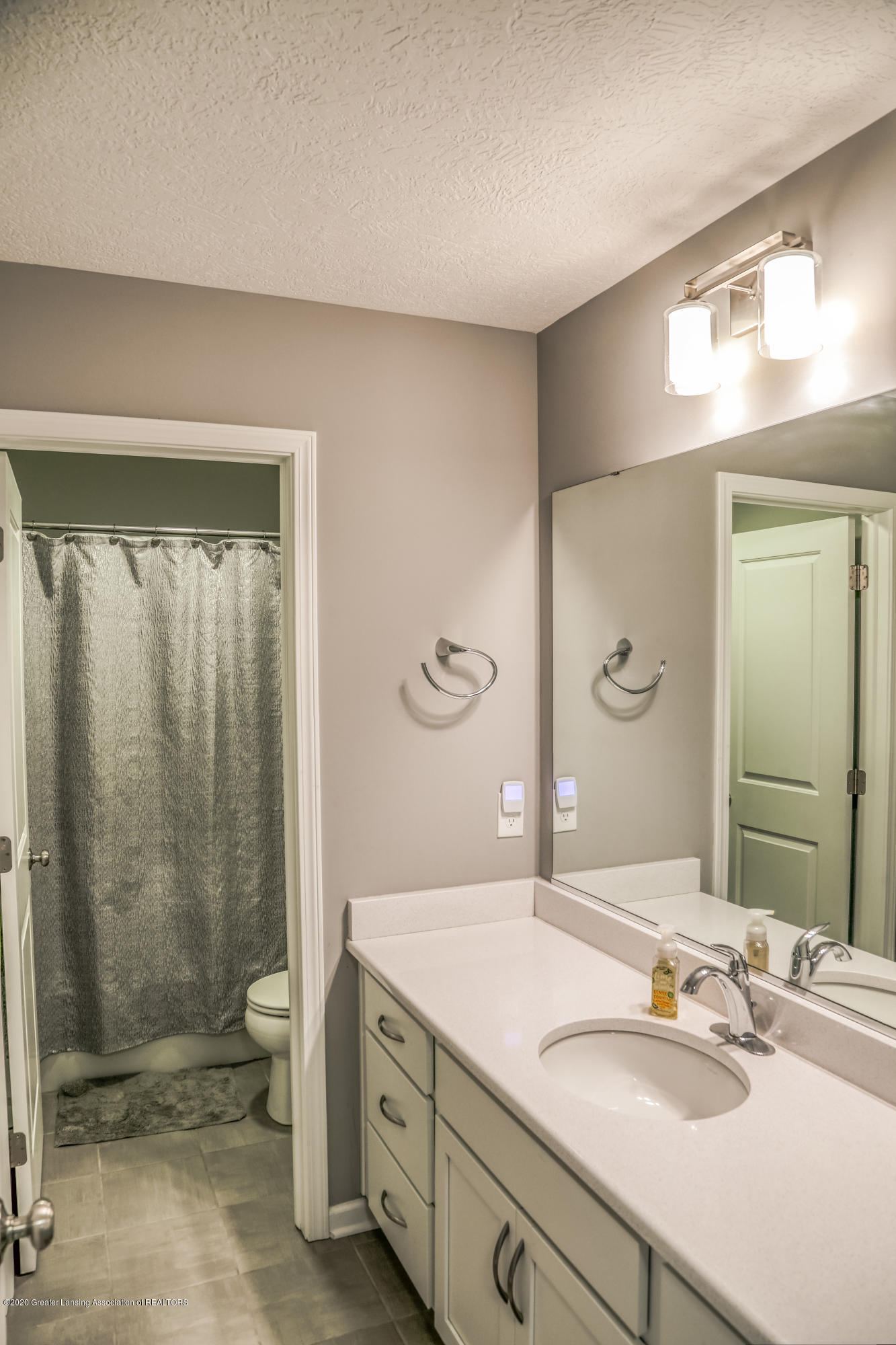636 Buteo Dr - Hall Bath - 21