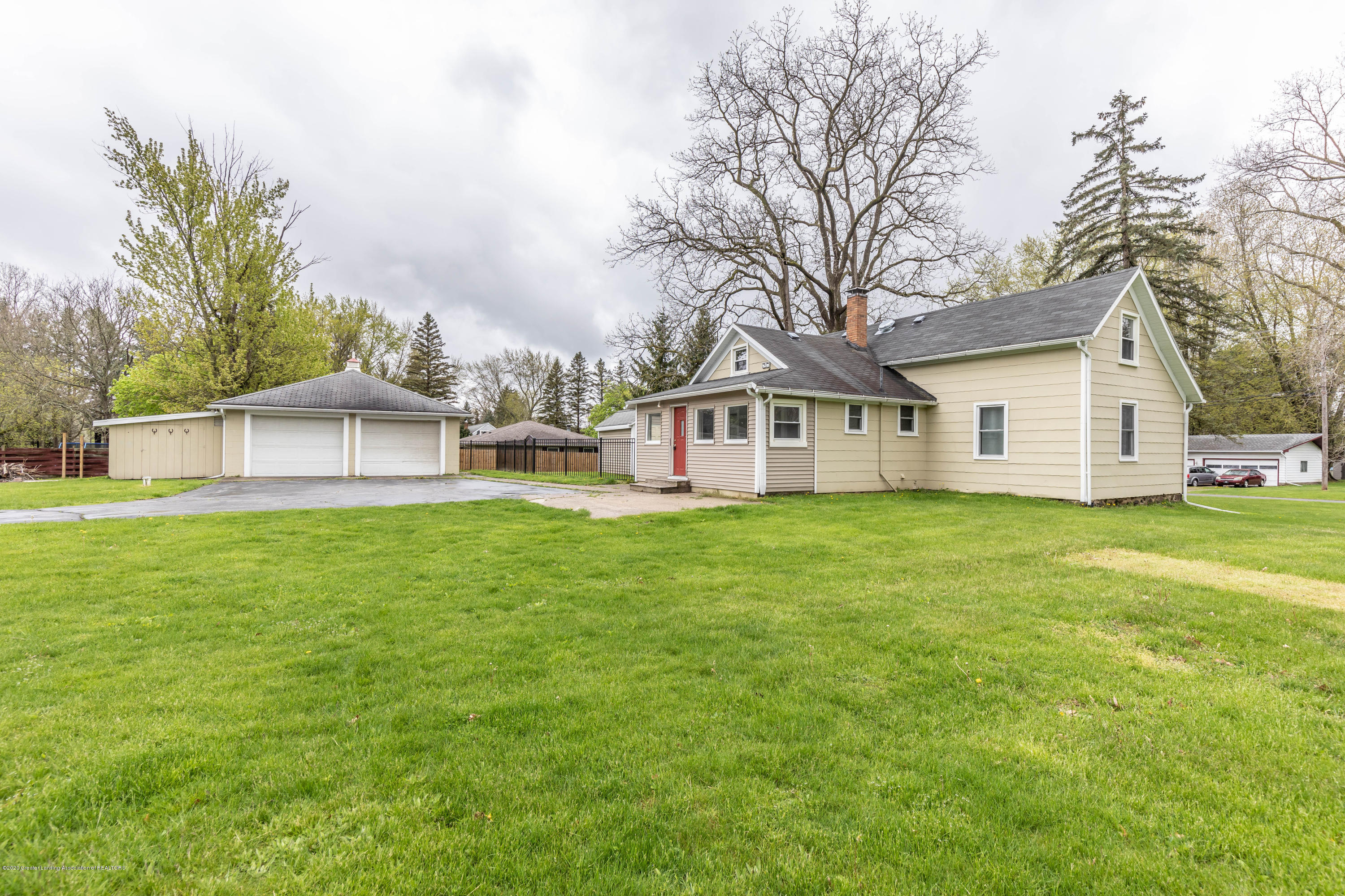 5104 Meridian Rd - House and garage - 1