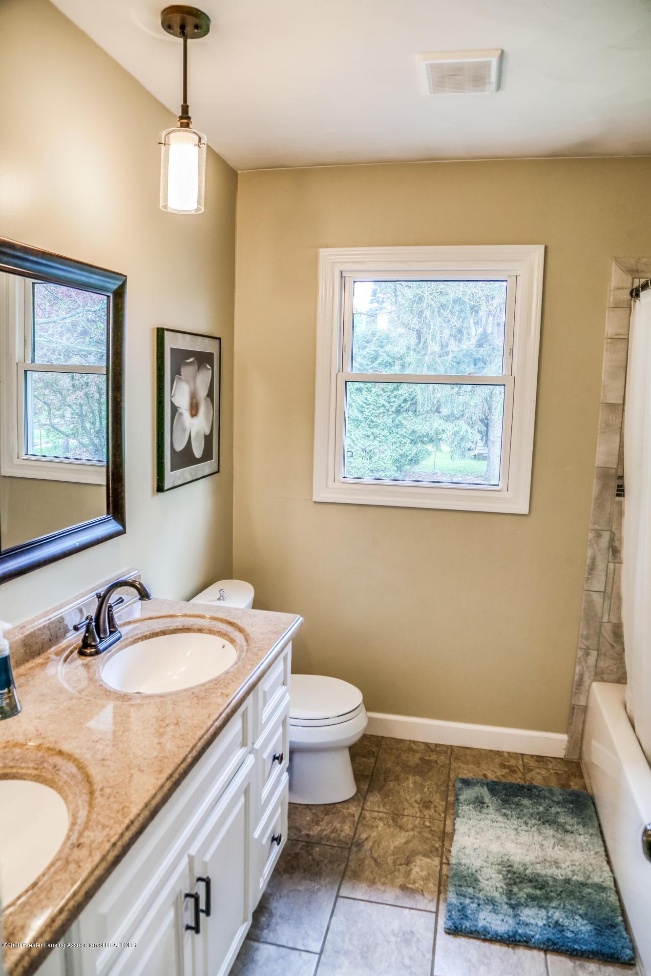 1681 Algoma Dr - Main Hall Bathroom - 25