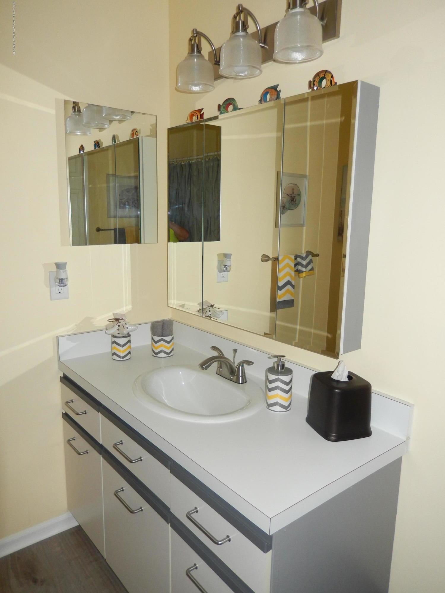 1242 Zimmer Pl 11 - 2nd floor bathroom - 14