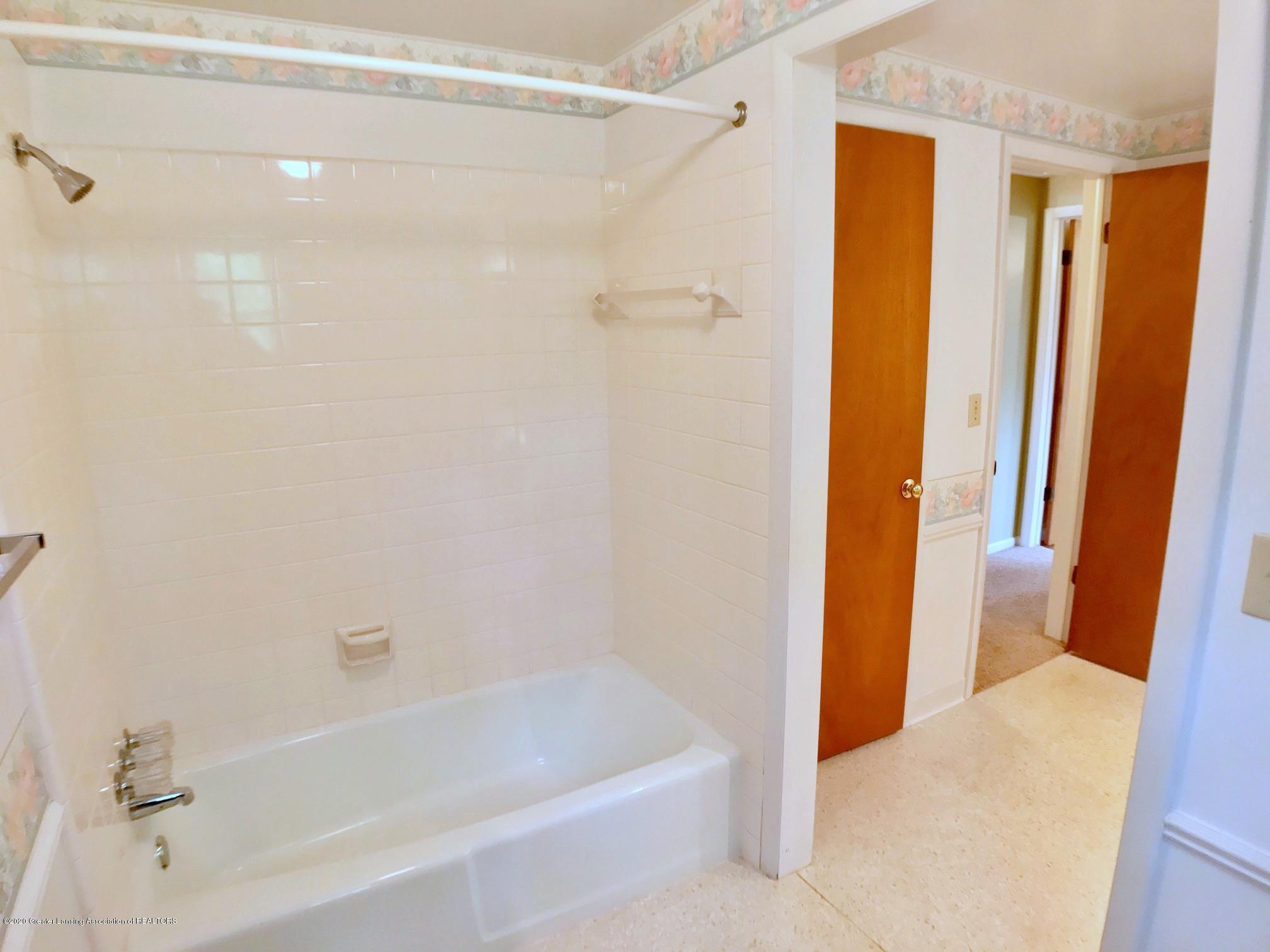 1118 Bretton Rd - upstairs bath - 28