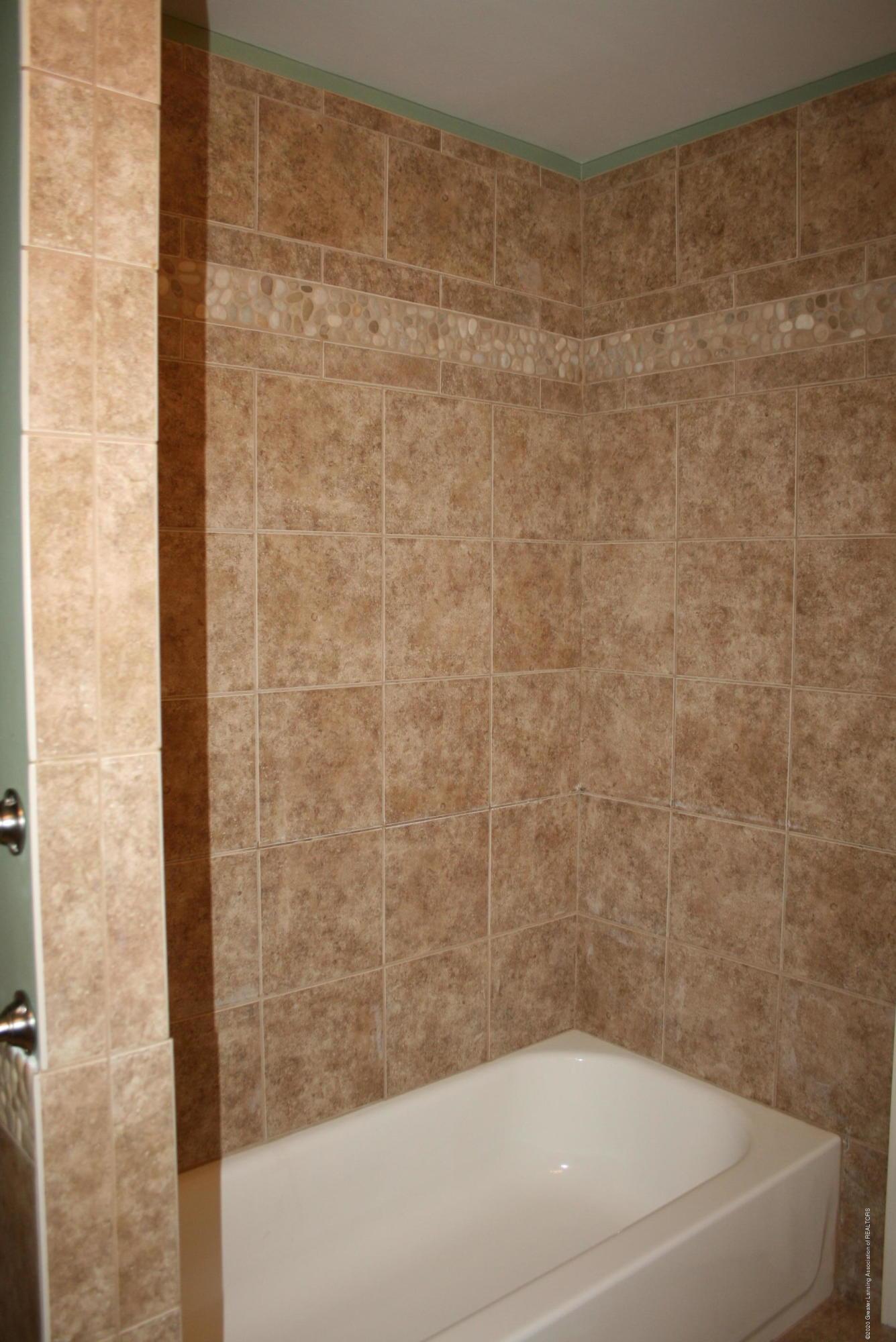 2805 Lamoreaux Ln - Full/hall bathroom - 21