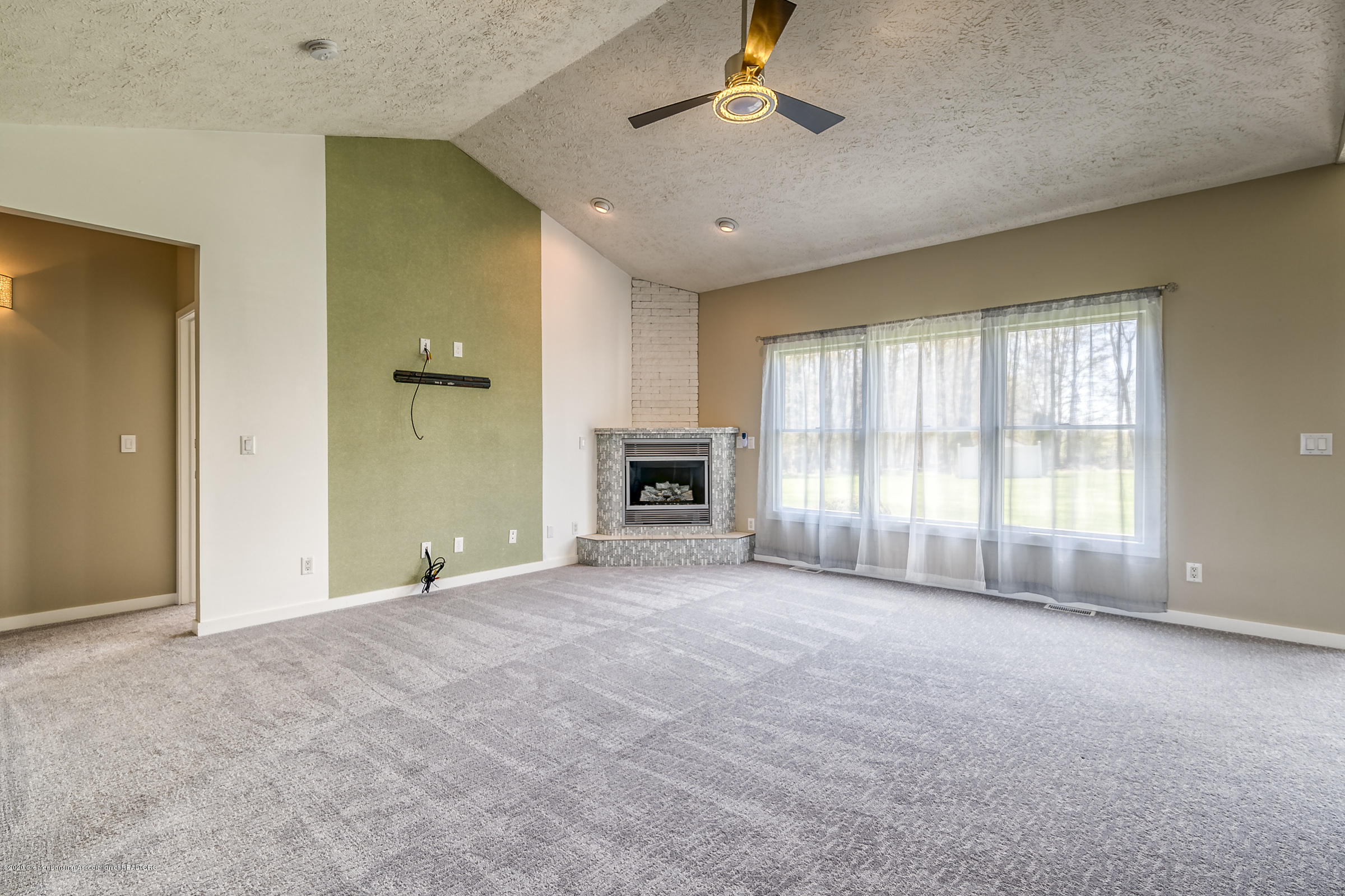 6901 Thornhill Dr - LIVING ROOM - 6