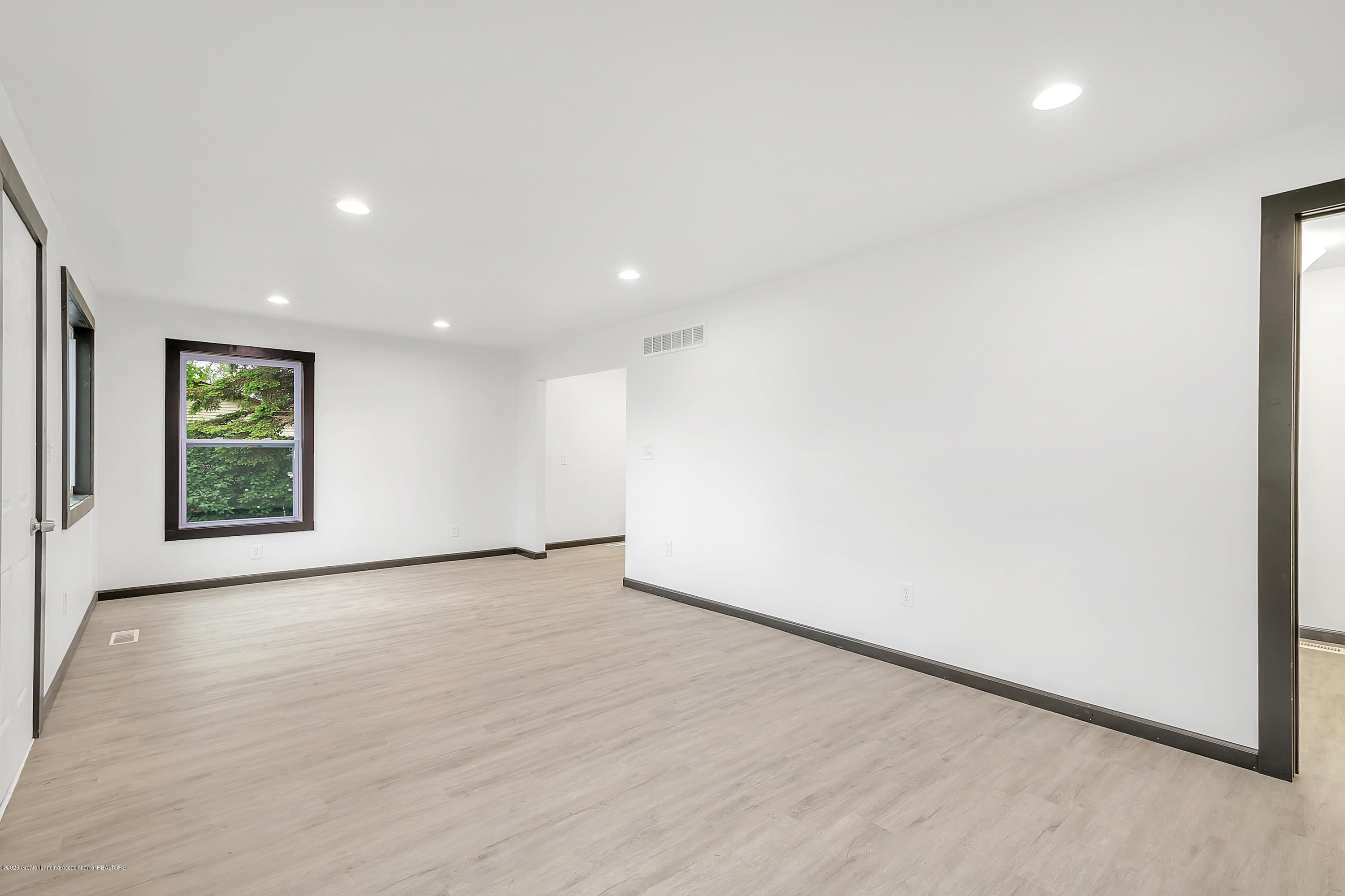 4458 M-52 - Living Room to Kitchen - 9