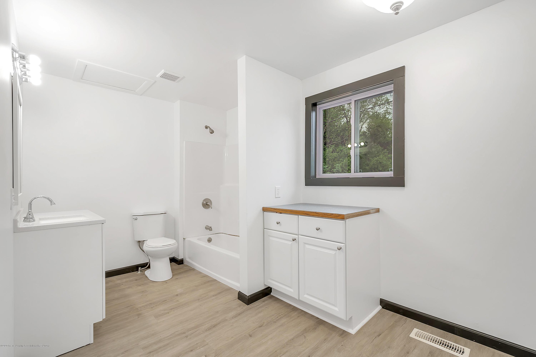 4458 M-52 - Main Floor Full Bath - 25