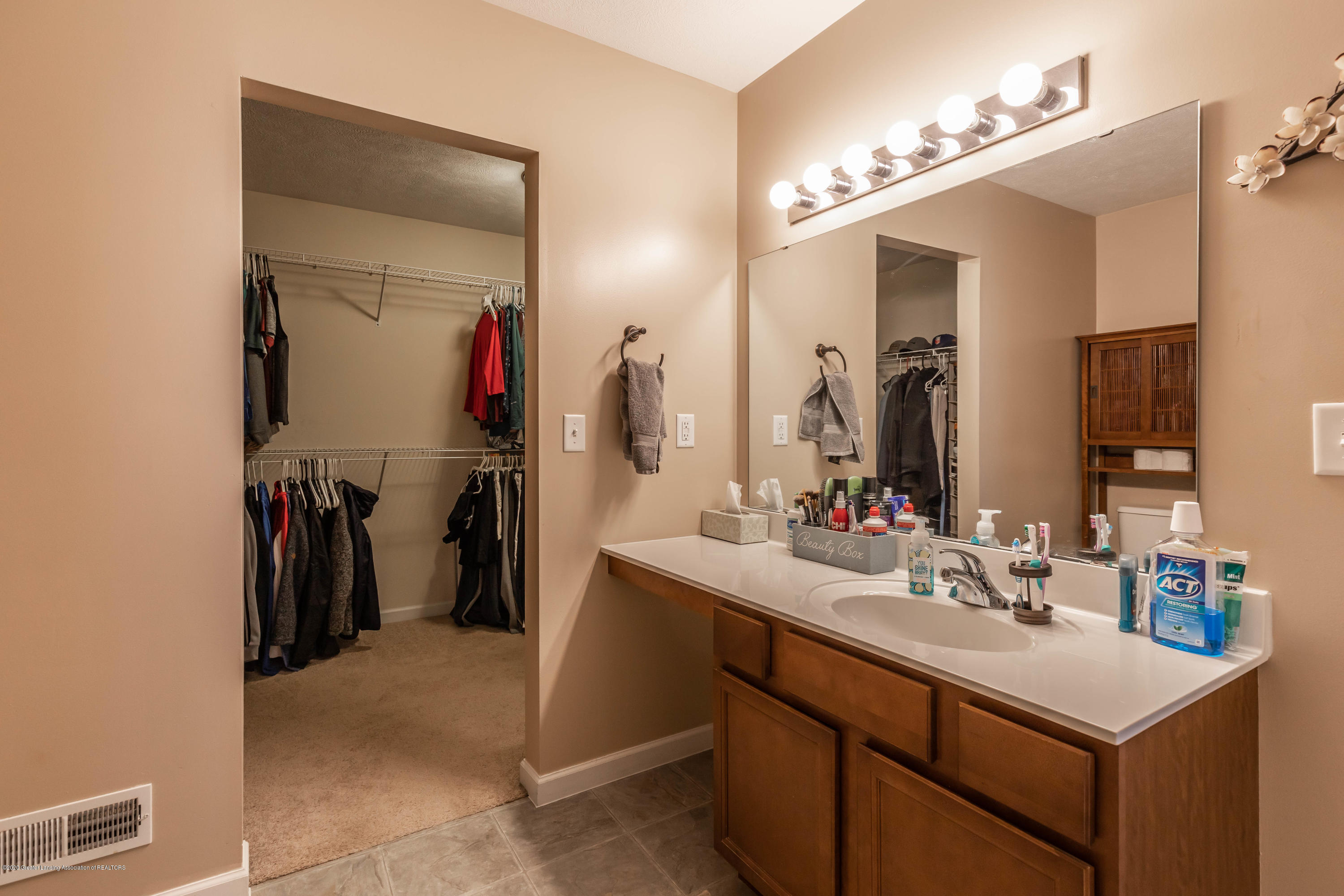 493 Blue Spruce Ln - bluemasterbath2 (1 of 1) - 12