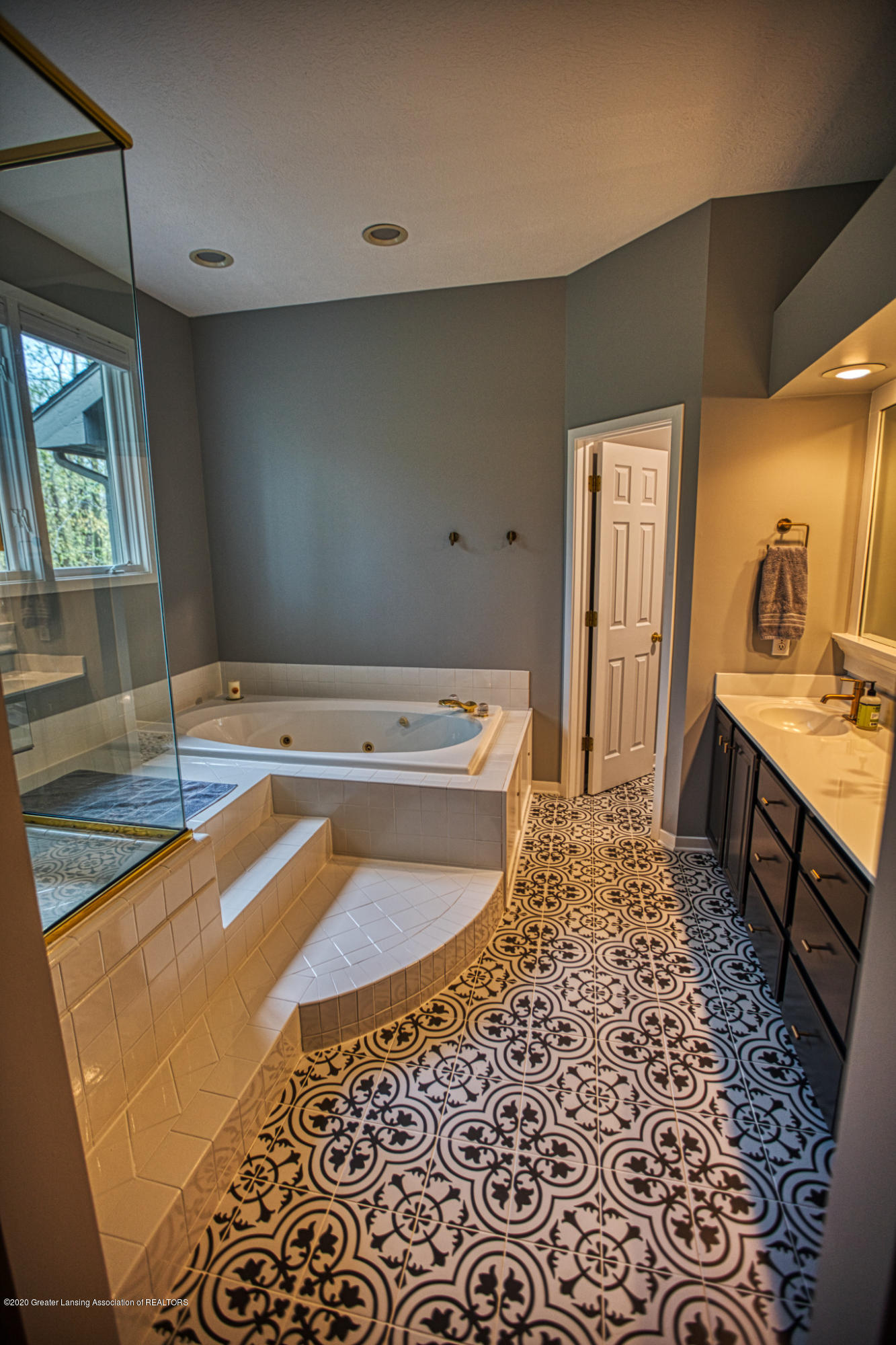 3668 Fairhills Dr - Master Bathroom - 55