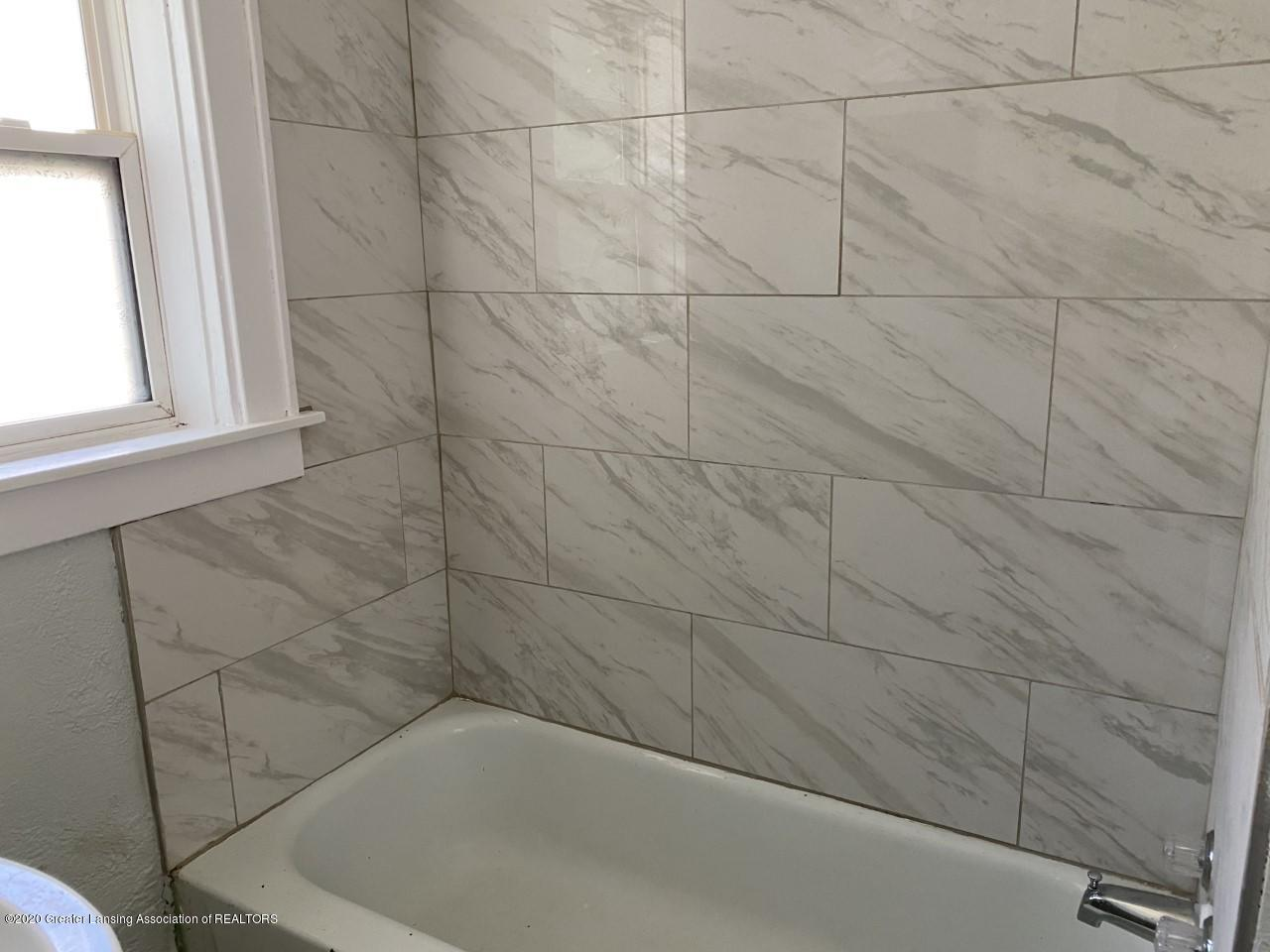 1033 Queen St - Tiled Tub - 16