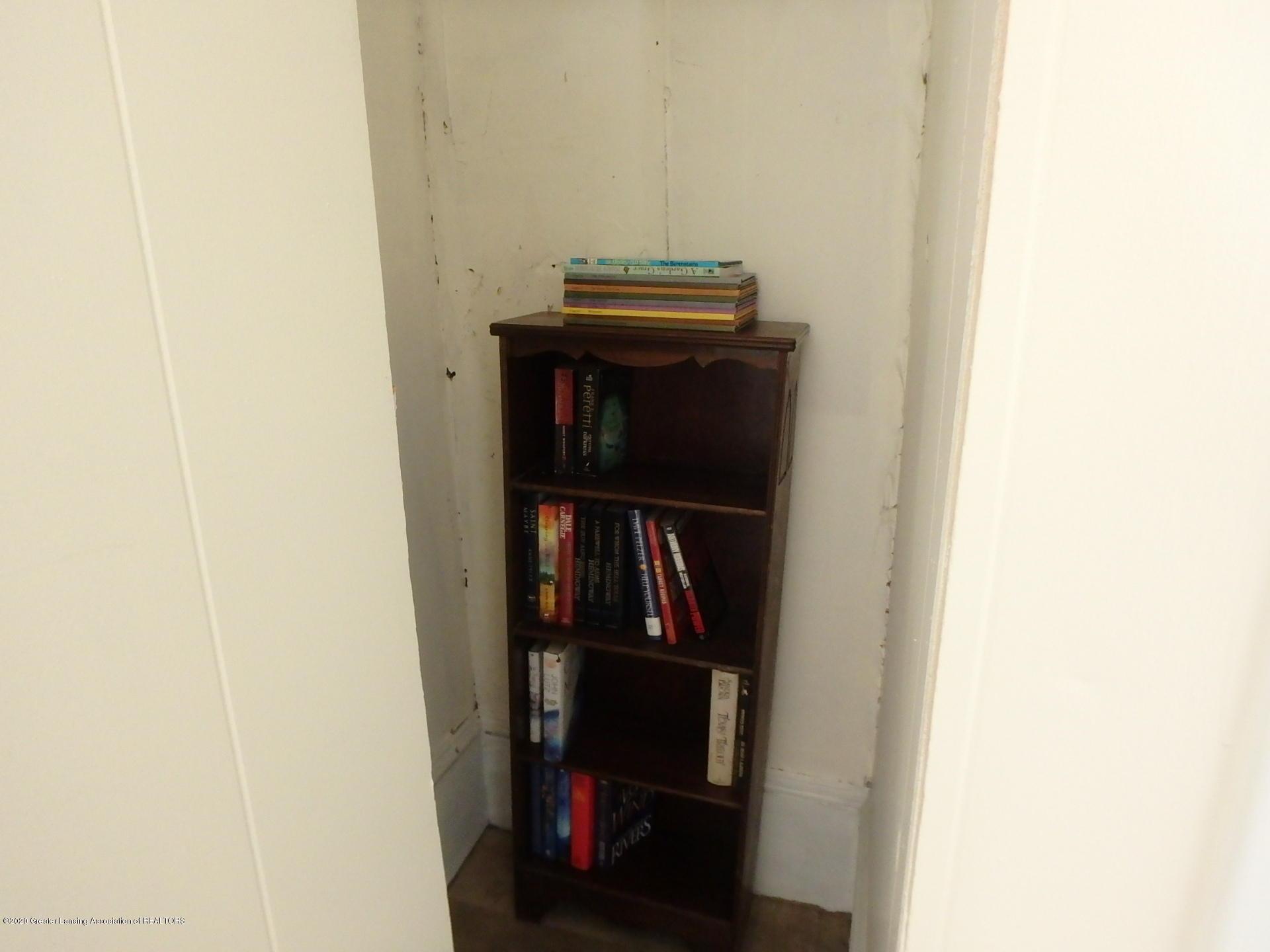 315 Pleasant St - 315 book nook - 15