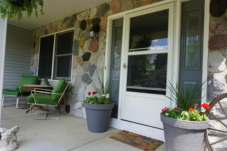 407 Wanilla Ln - Front porch - 2