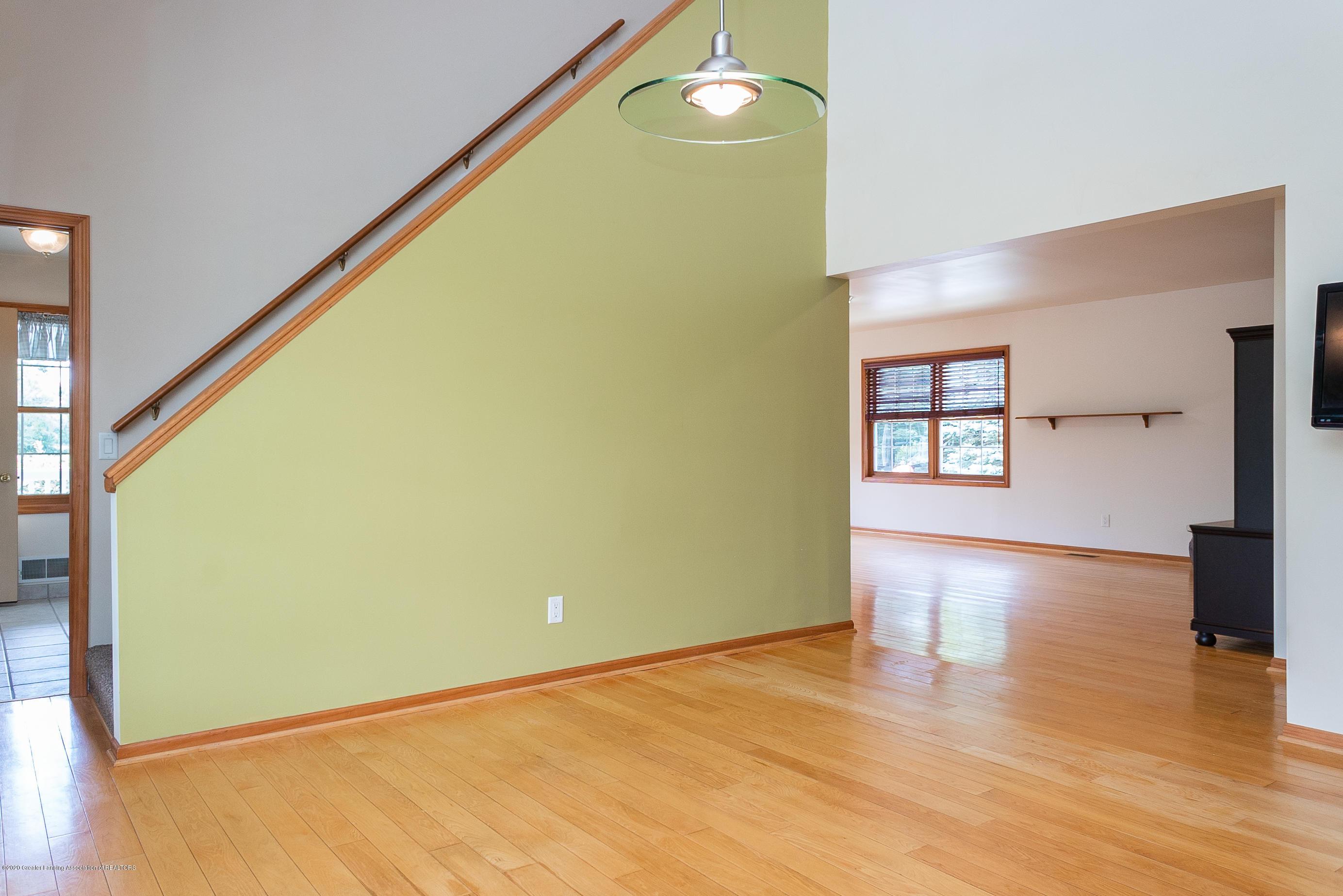7337 Howe Rd - stair - 13