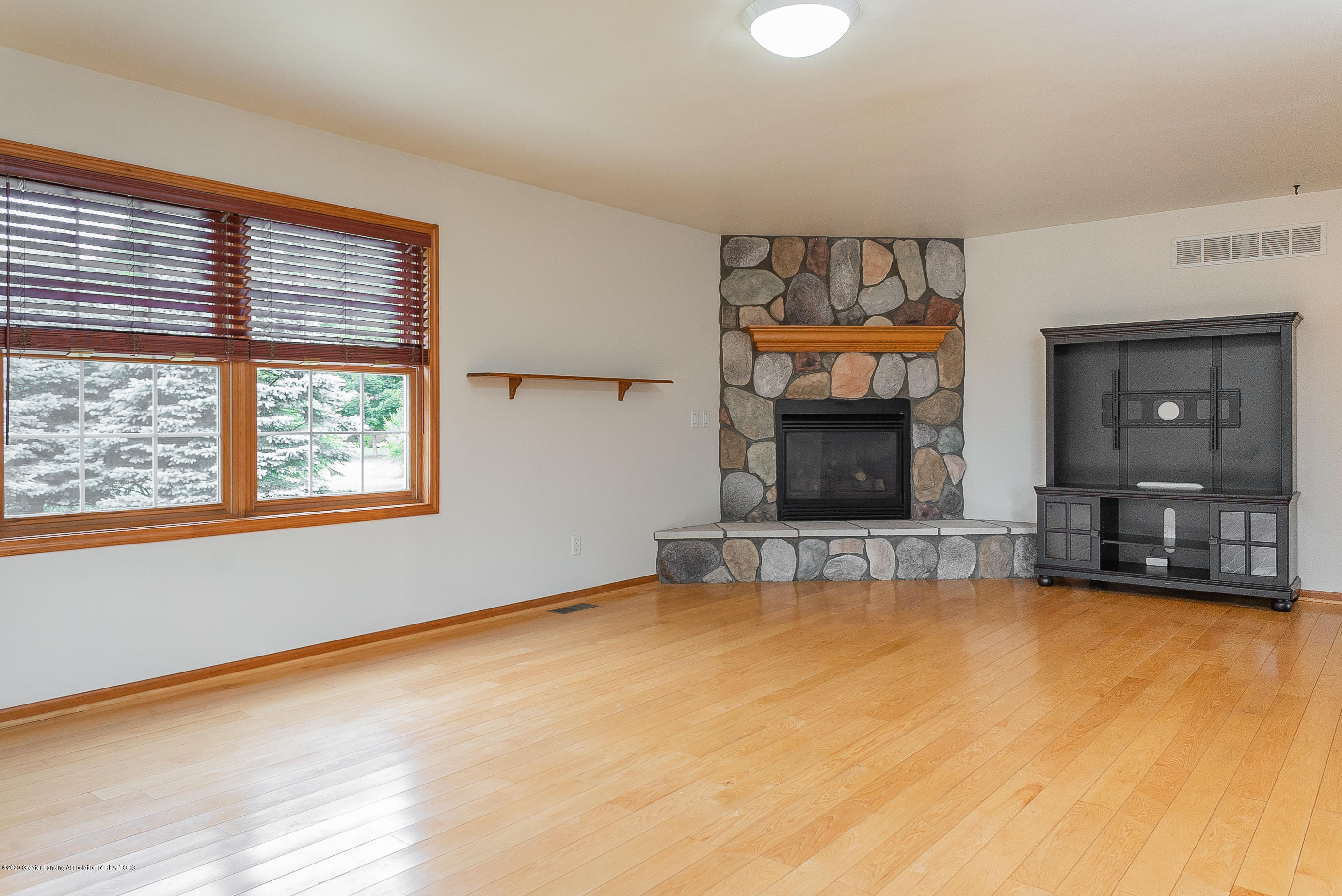 7337 Howe Rd - livingroom - 9