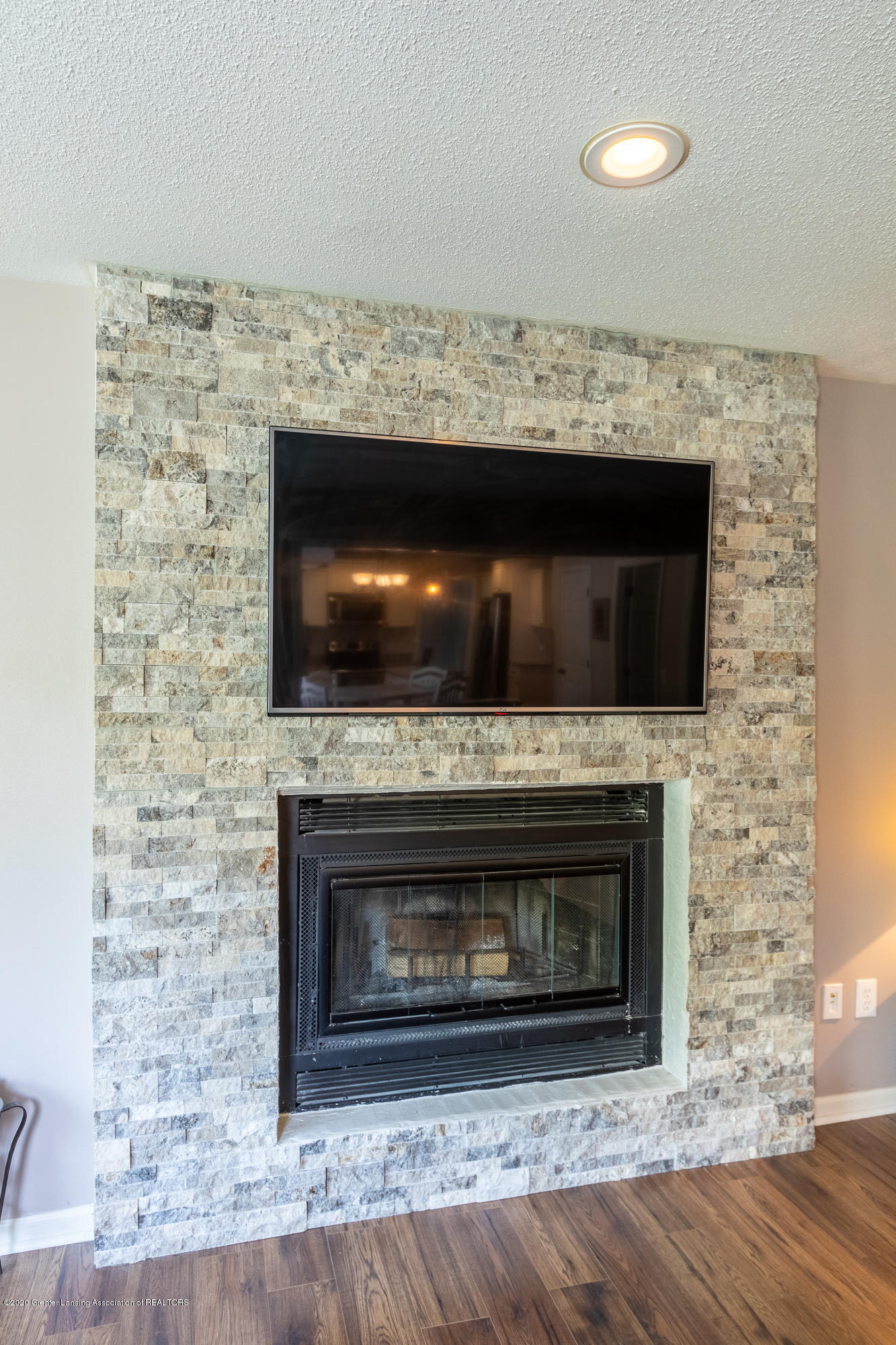 4194 Indian Glen Dr - Fireplace in Family Room - 32