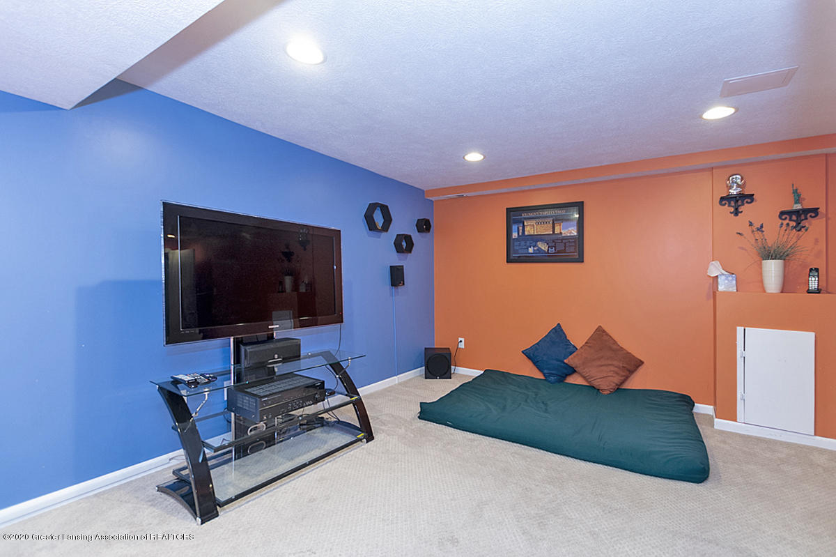 3939 Cloverdale Ave - Entertainment Room - 25