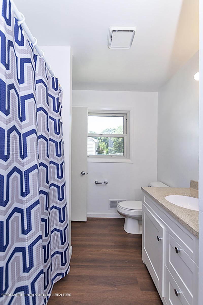 2212 Meadowlawn Dr - (16) MAIN FLOOR Full Bathroom - 17