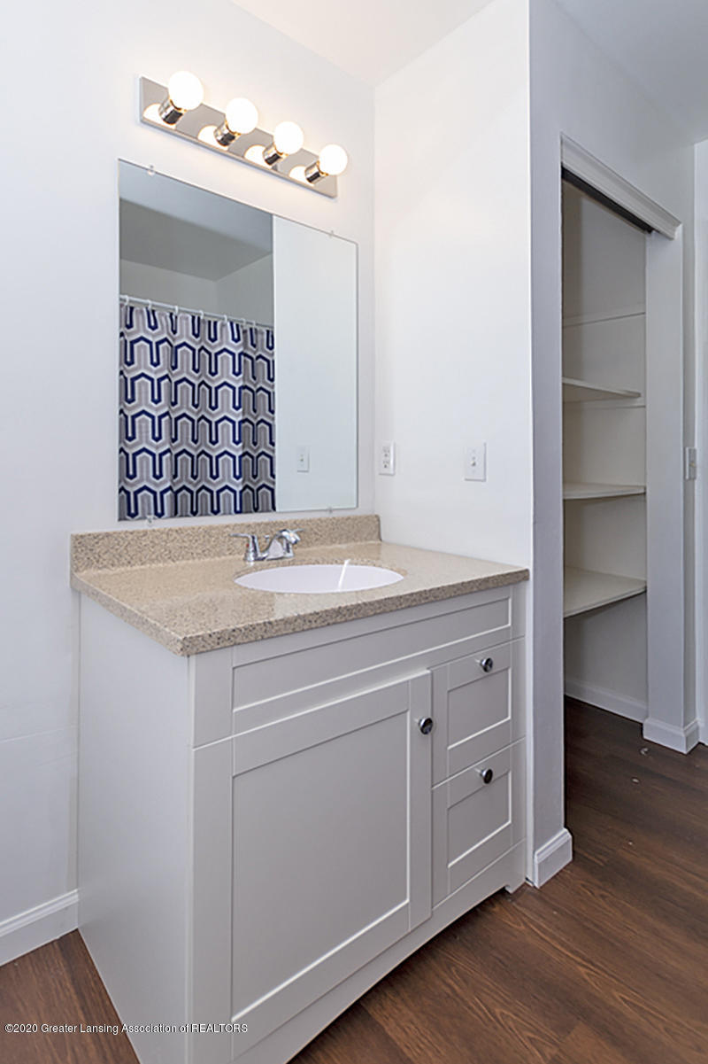 2212 Meadowlawn Dr - (17) MAIN FLOOR Full Bathroom - 18