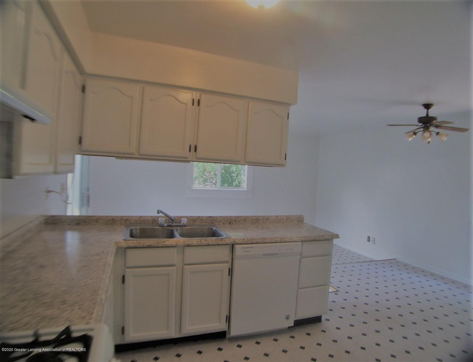 3208 W Jolly Rd - Kitchen - 8