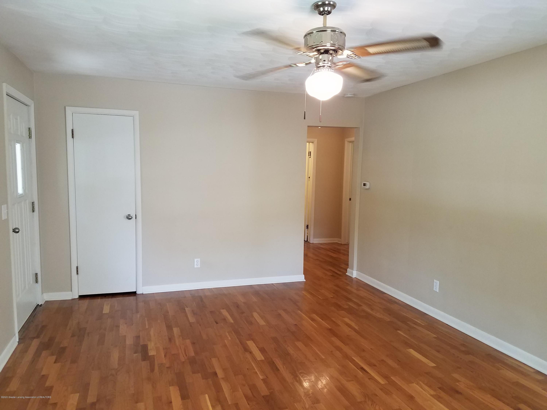 403 Meadowview Dr - Living Room - 8