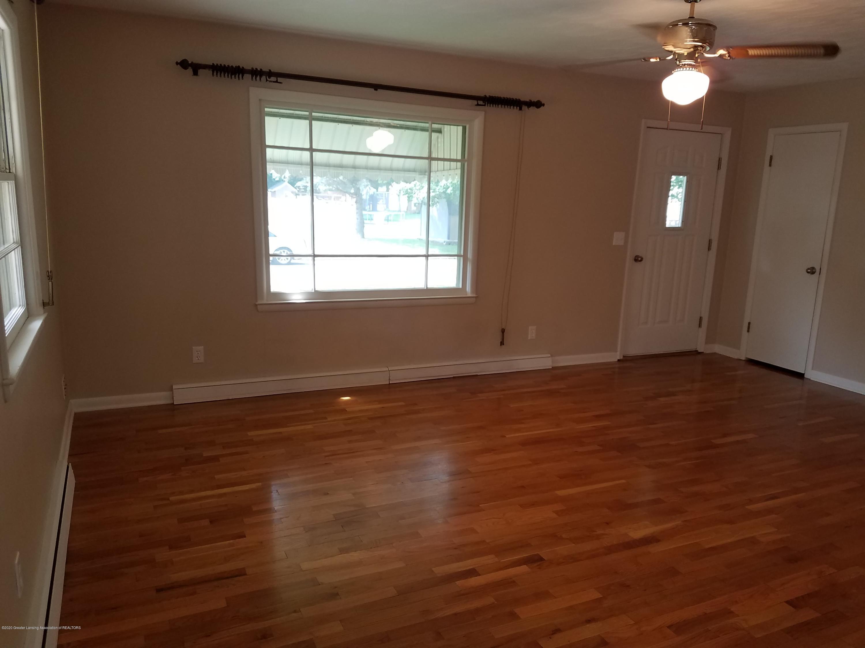 403 Meadowview Dr - Living Room - 5