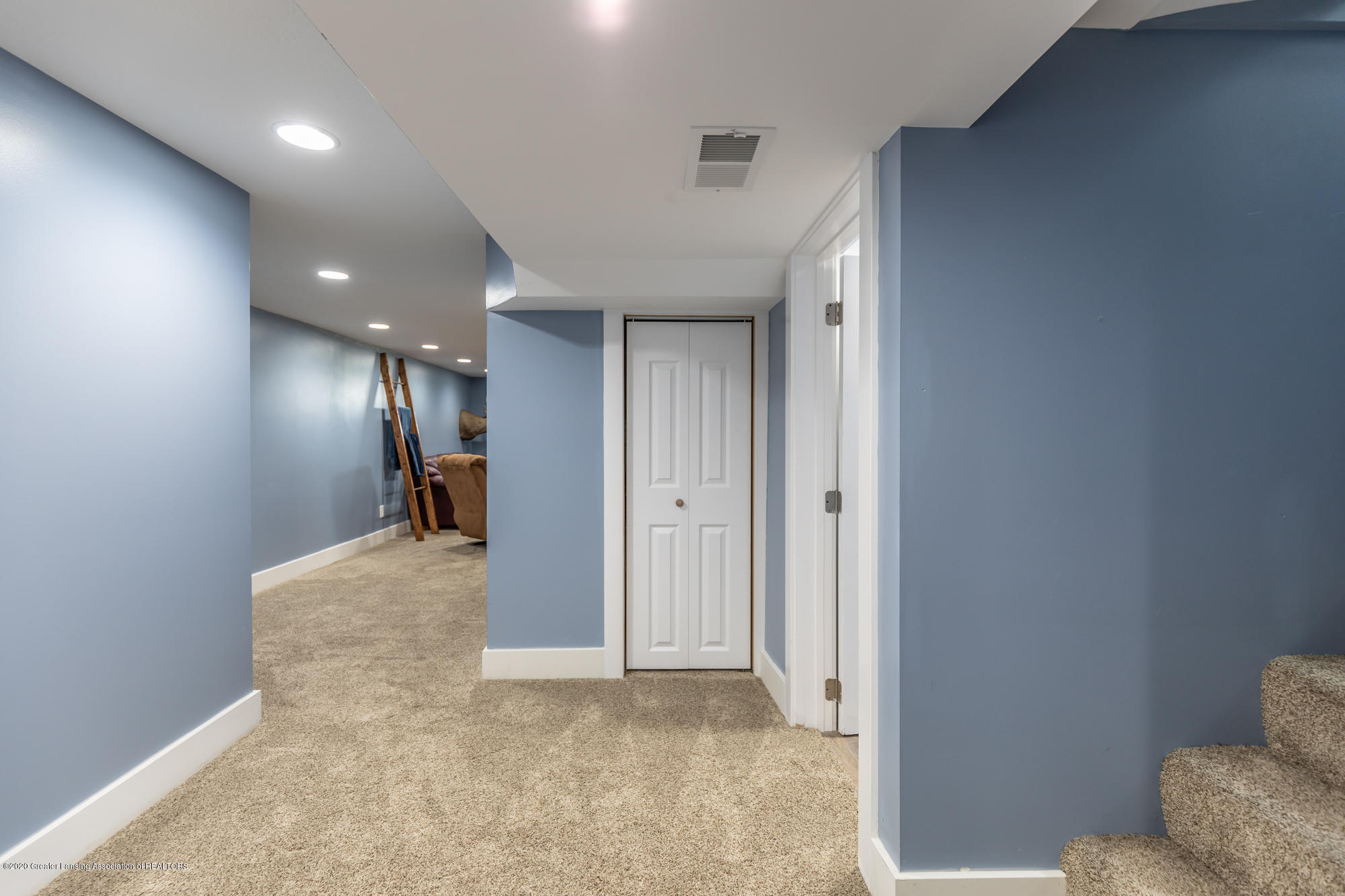 205 W Herbison Rd - Lower level hallway - 26