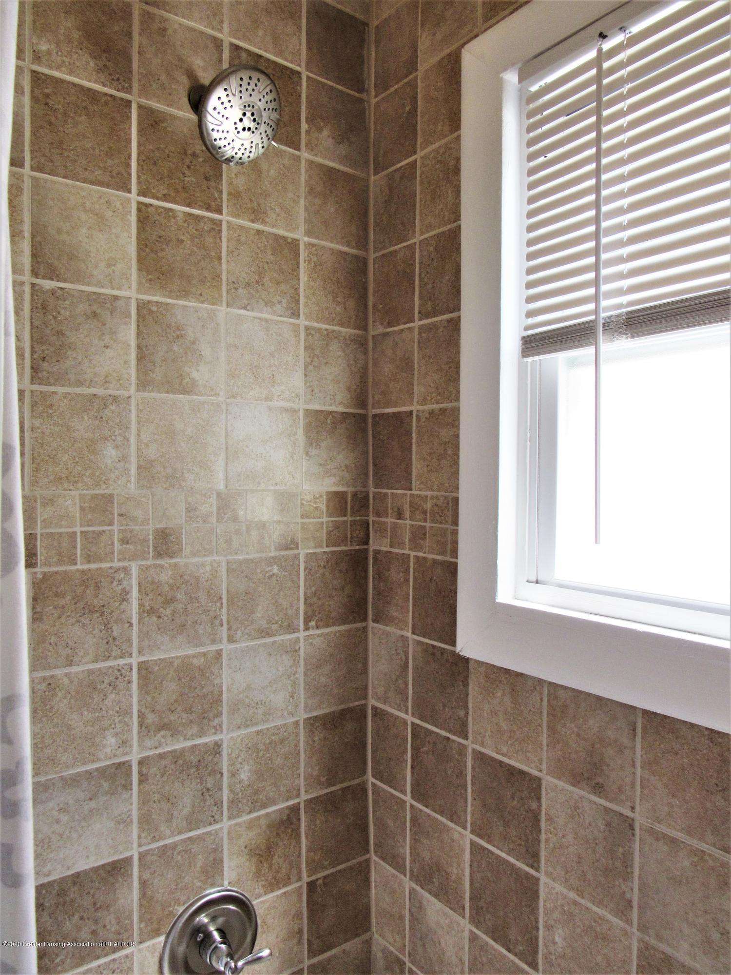 1308 W Ottawa St - Shower Surround - 13