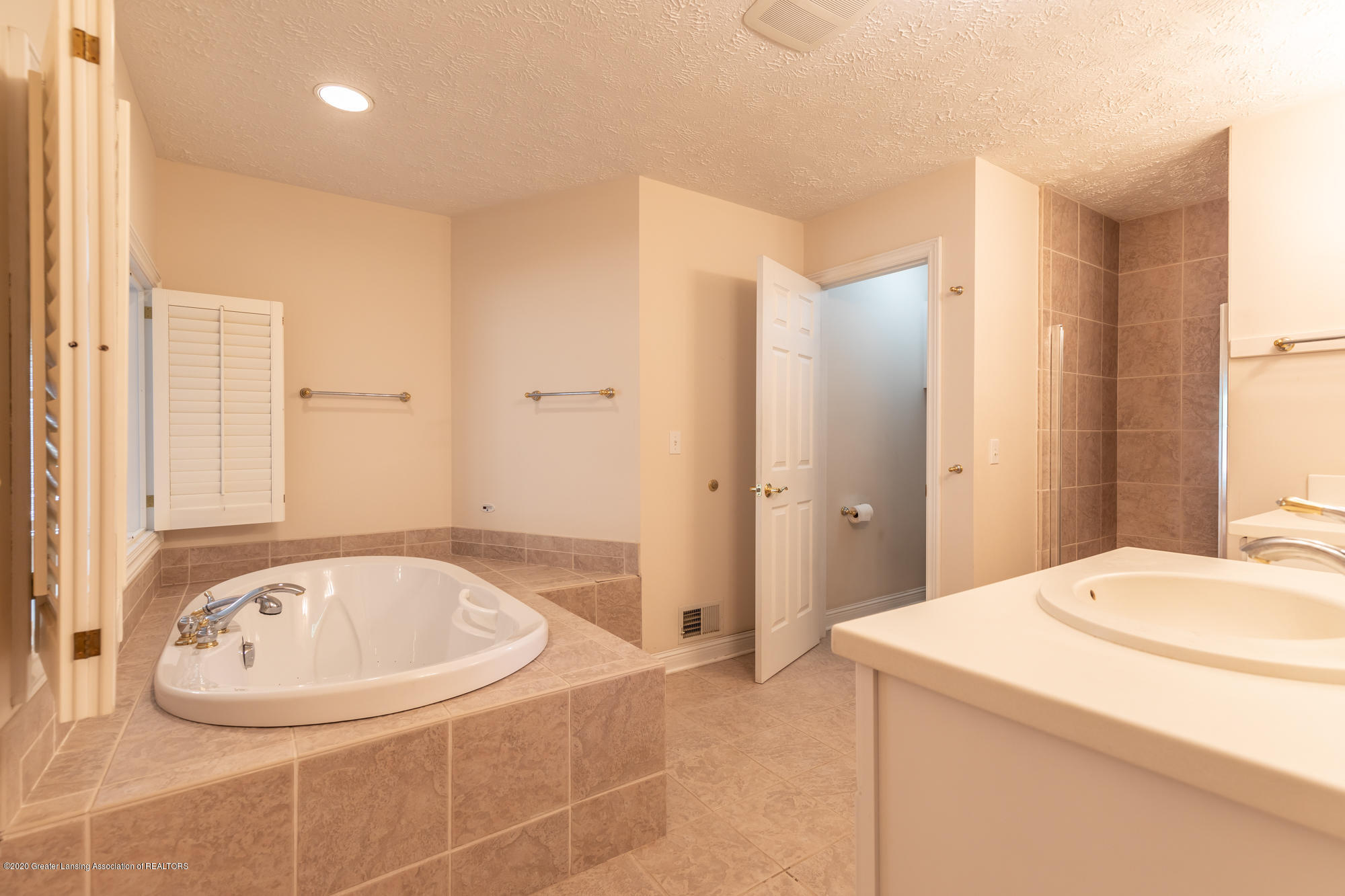 2072 Riverwood Dr - riverwoodmasterbath1(1of1) - 23