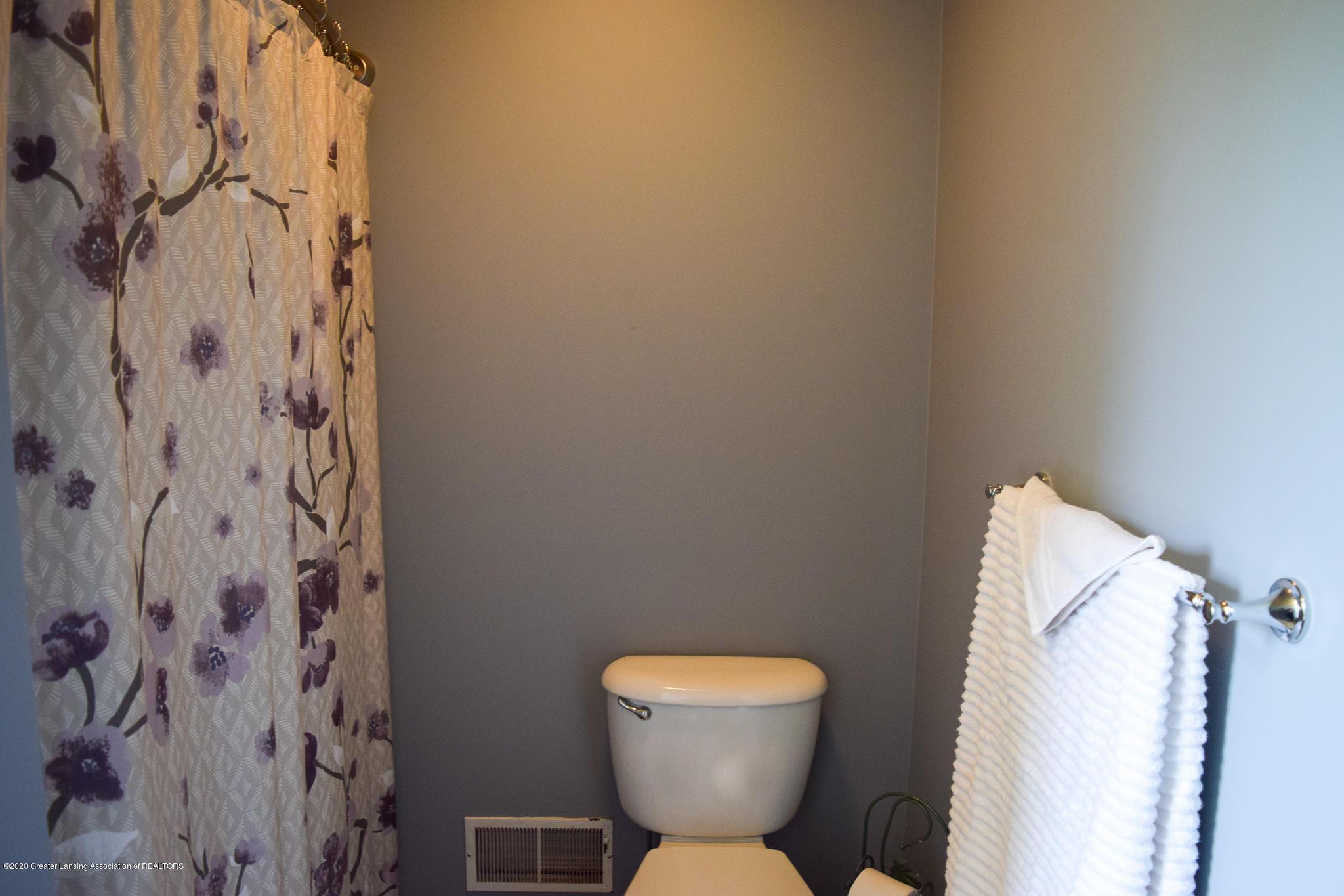 8346 W Bennington Rd - Full bath - 33