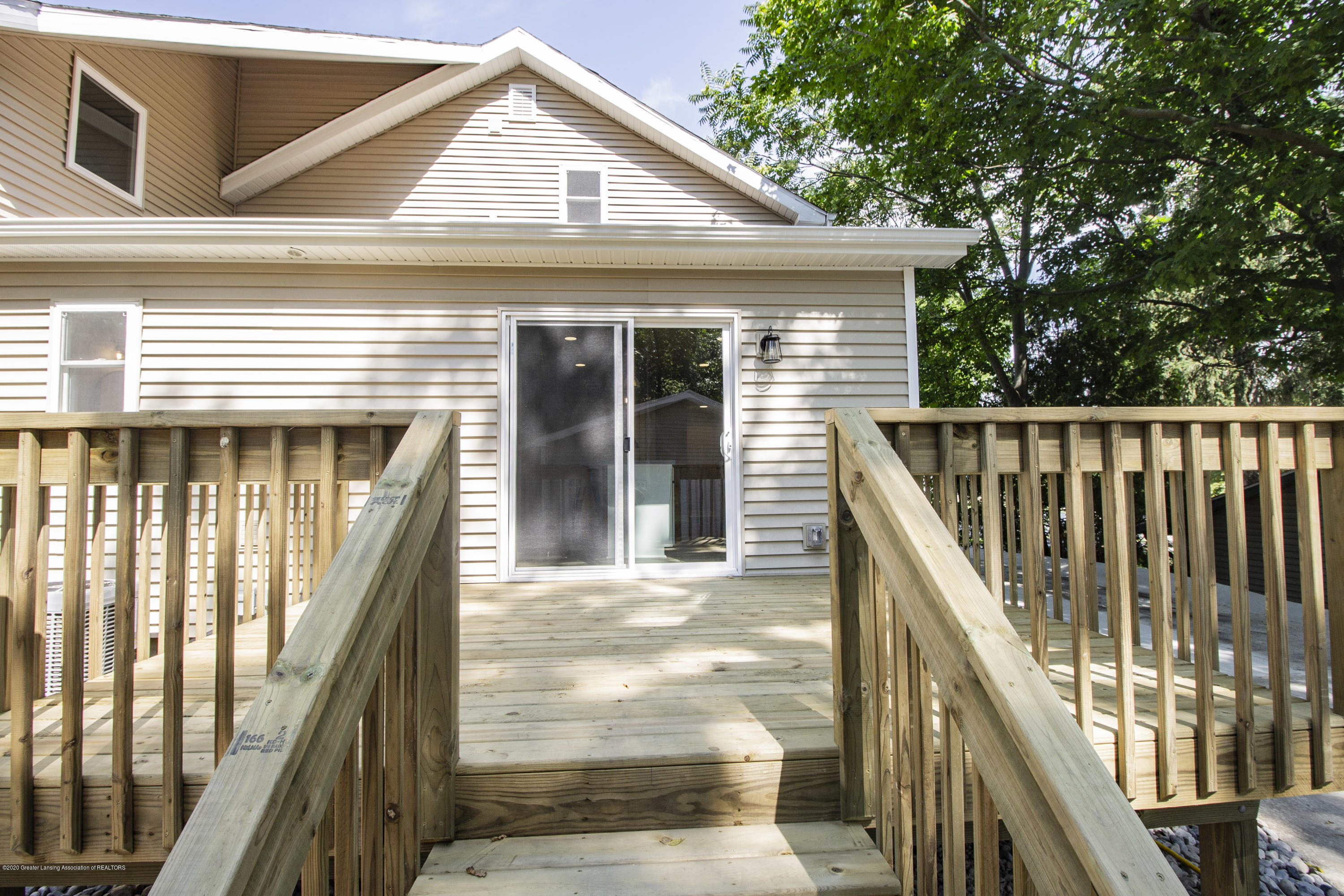 211 Russell St - 33. Russell Deck - 33