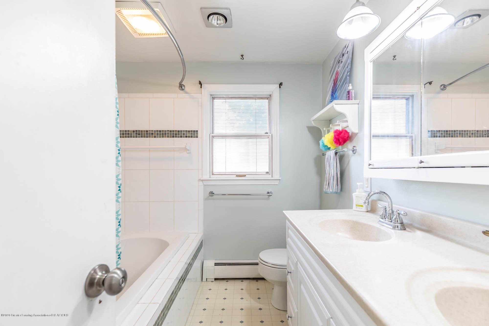 9523 Riverside - 2nd Floor Full Bath - 34