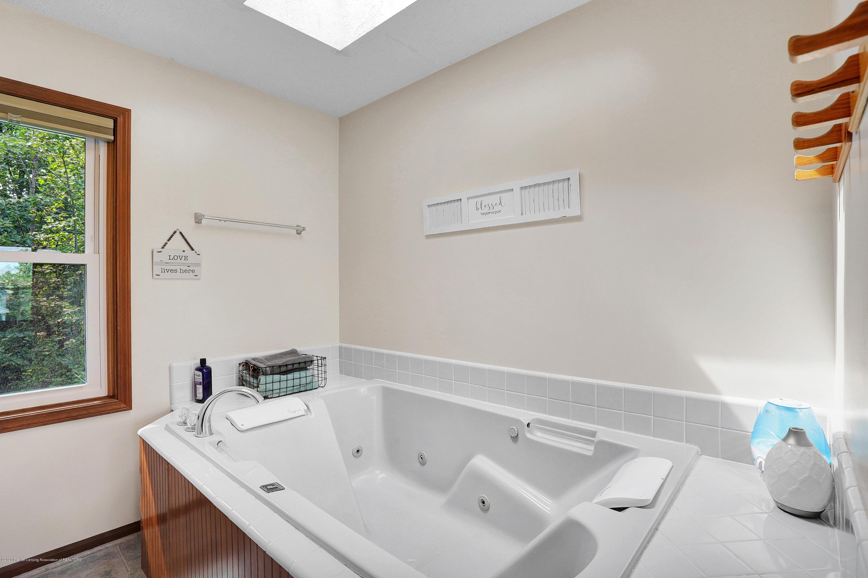 9449 Buckingham Cir - 2nd floor Master bath - 33