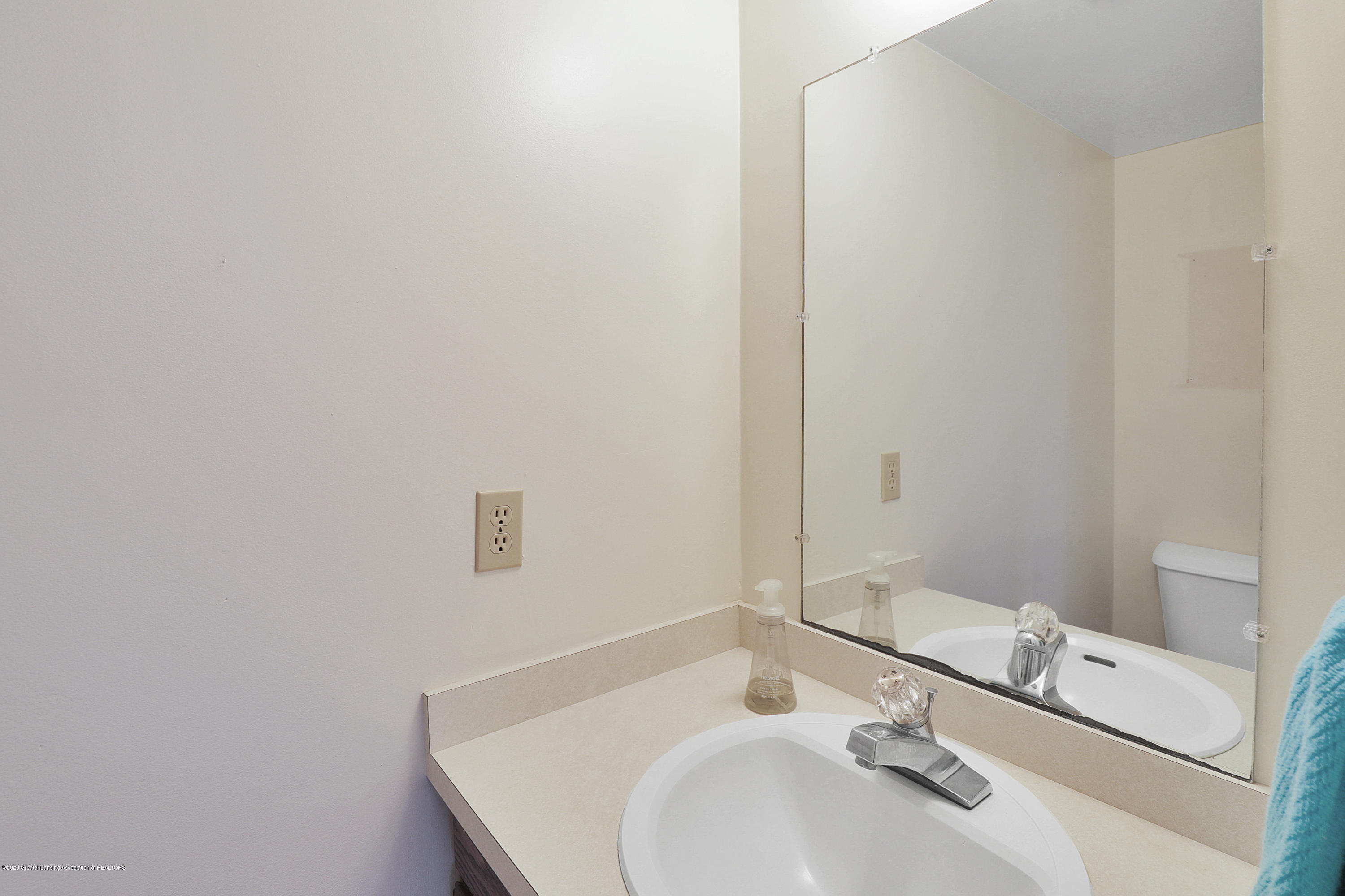 802 Randy Ln - 1/2 bath on main level - 11