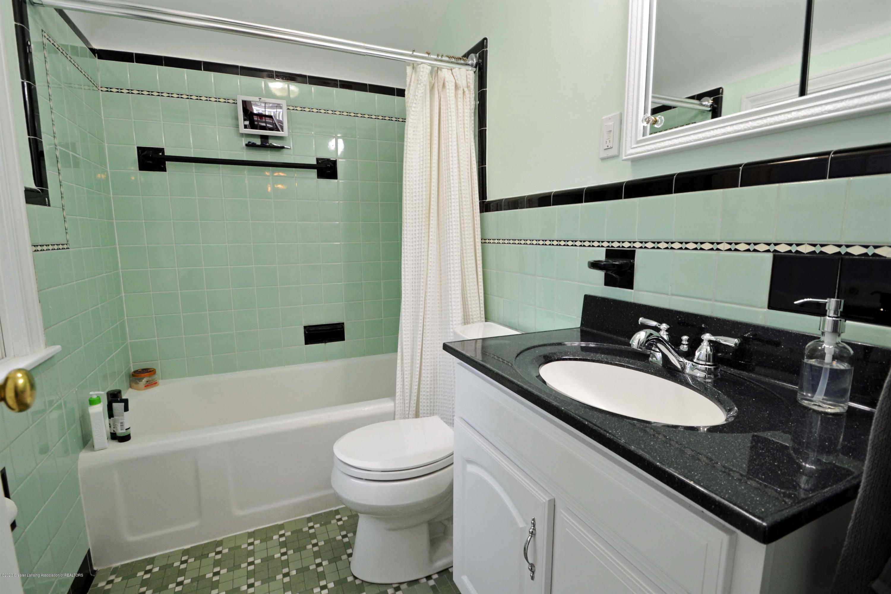834 Rosewood Ave - Hall Third Full Bath - 37