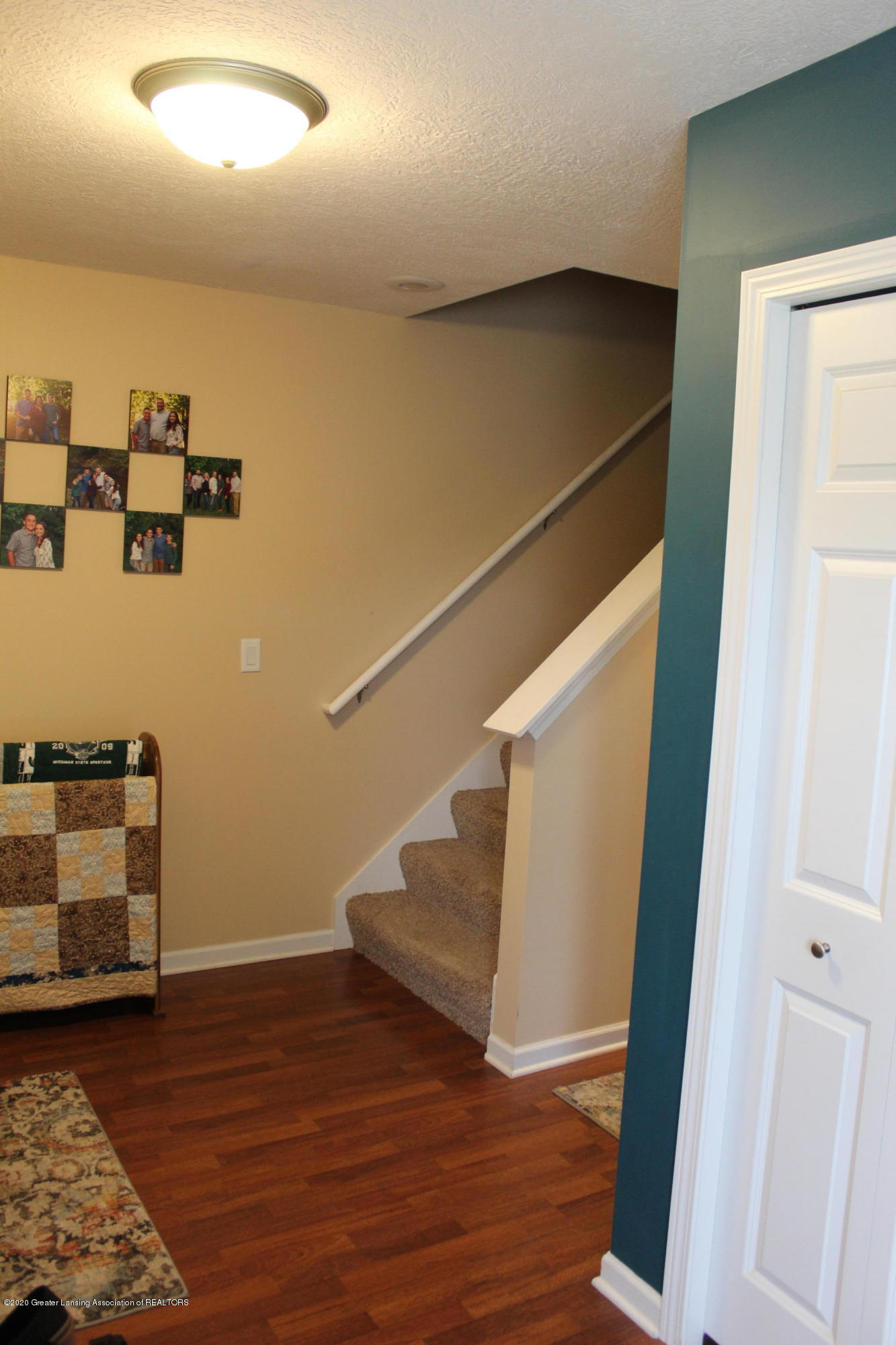 3233 Crandell Dr - 10 Entry & Stairs Up - 12